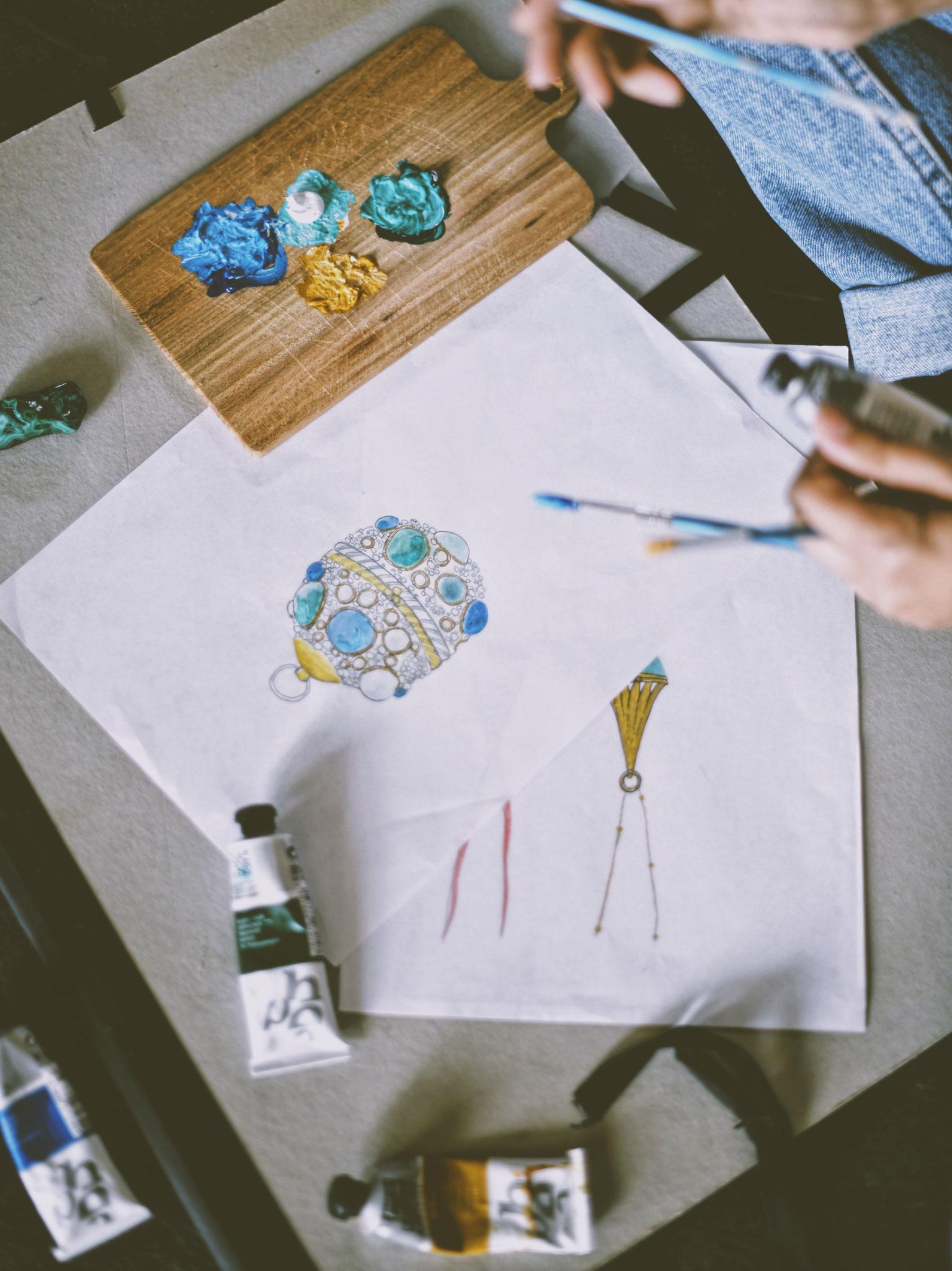 Ann Perica entwirft ihre eigenen Kollektionen, in der Schweiz angefertigt aus erlesenen Materialien.