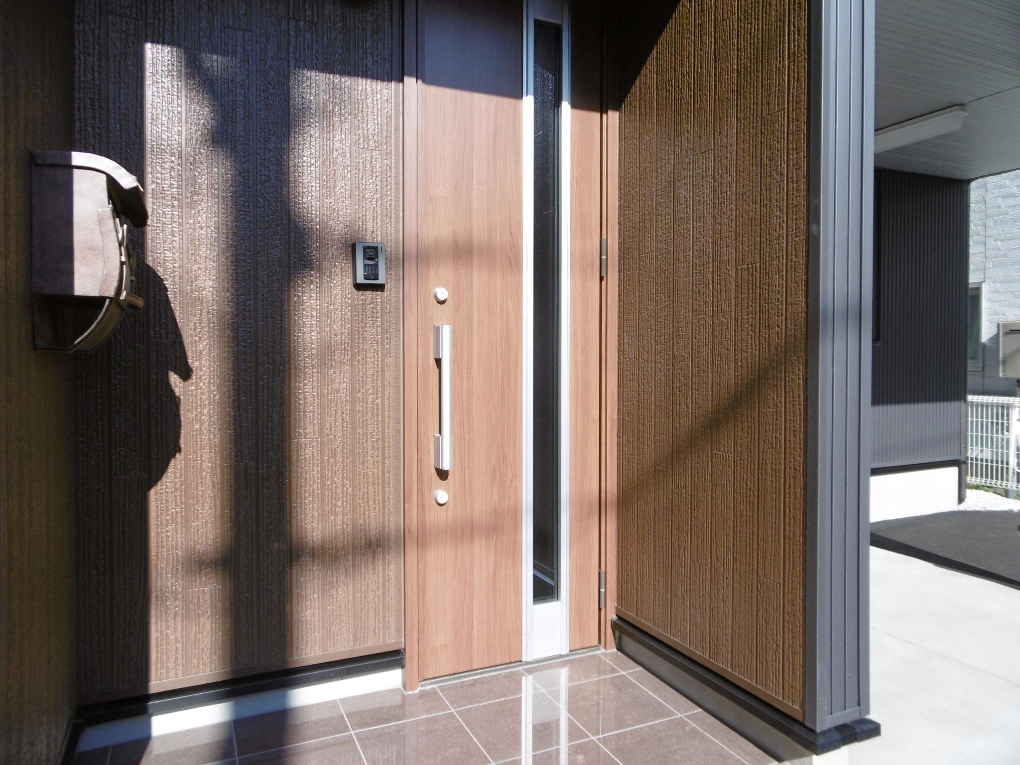 温かみのある、木調の玄関