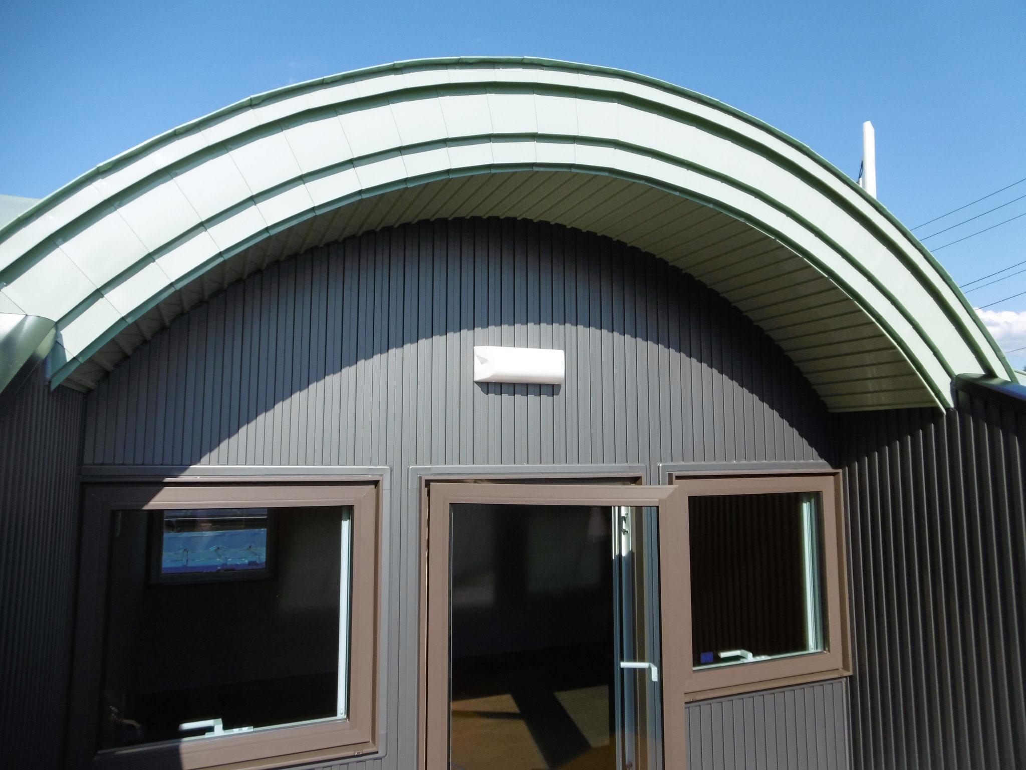 バルコニー上部の屋根は丸みを帯びてます