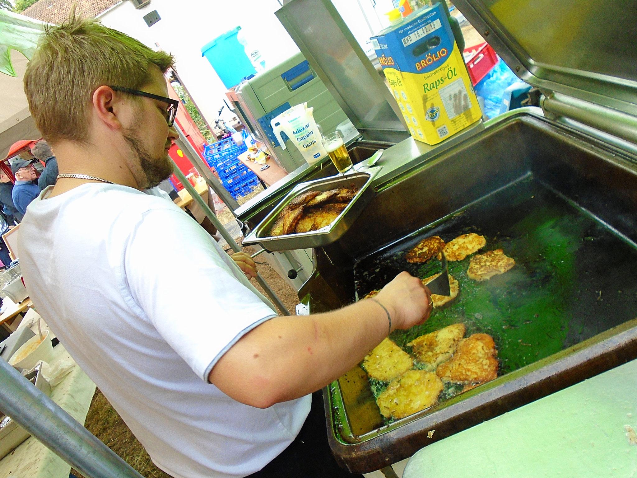 Martin Degenhardt beim Kartoffelpuffer bruzeln