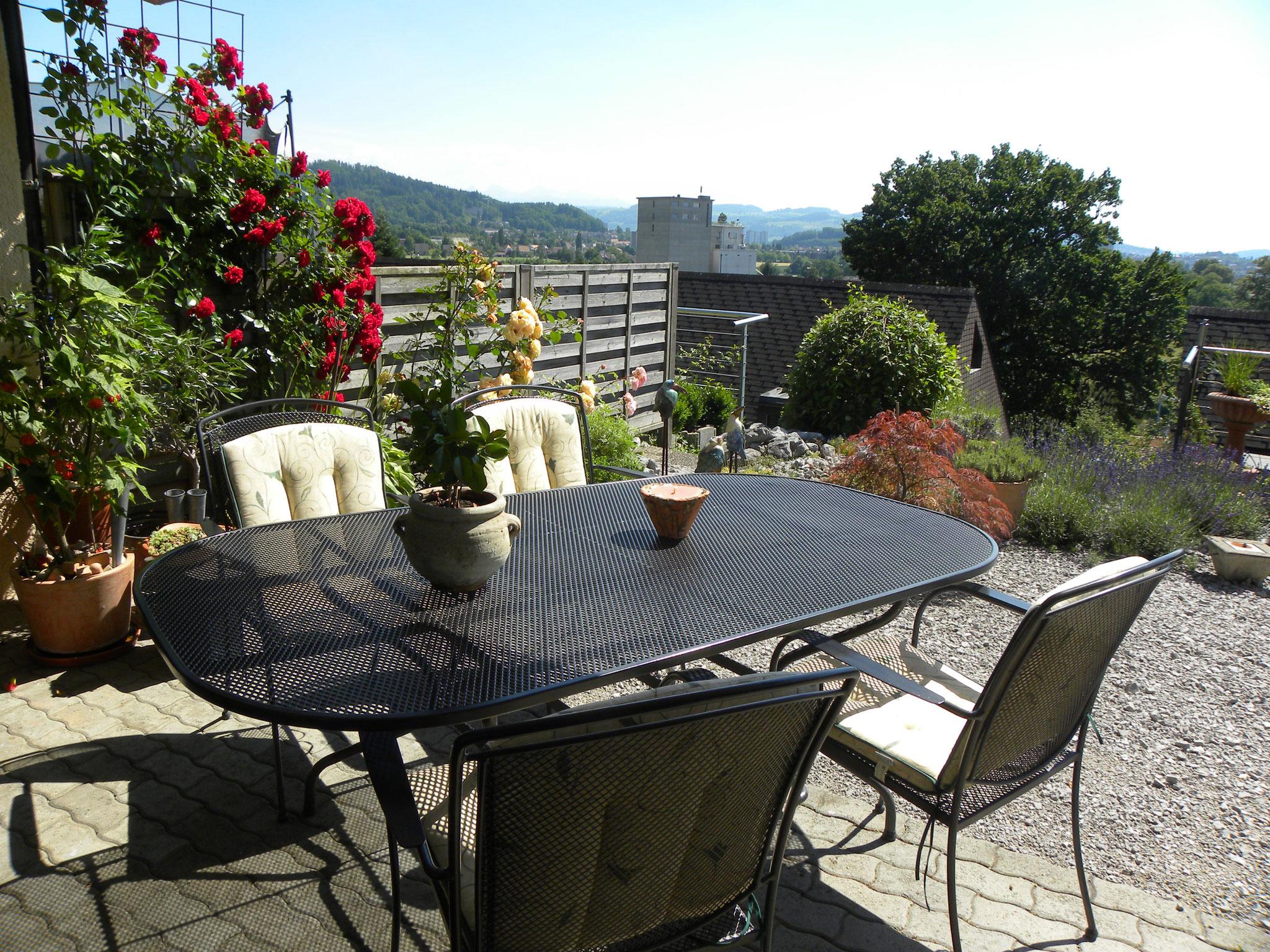 Sonnige Terrasse mit schöner Aussicht