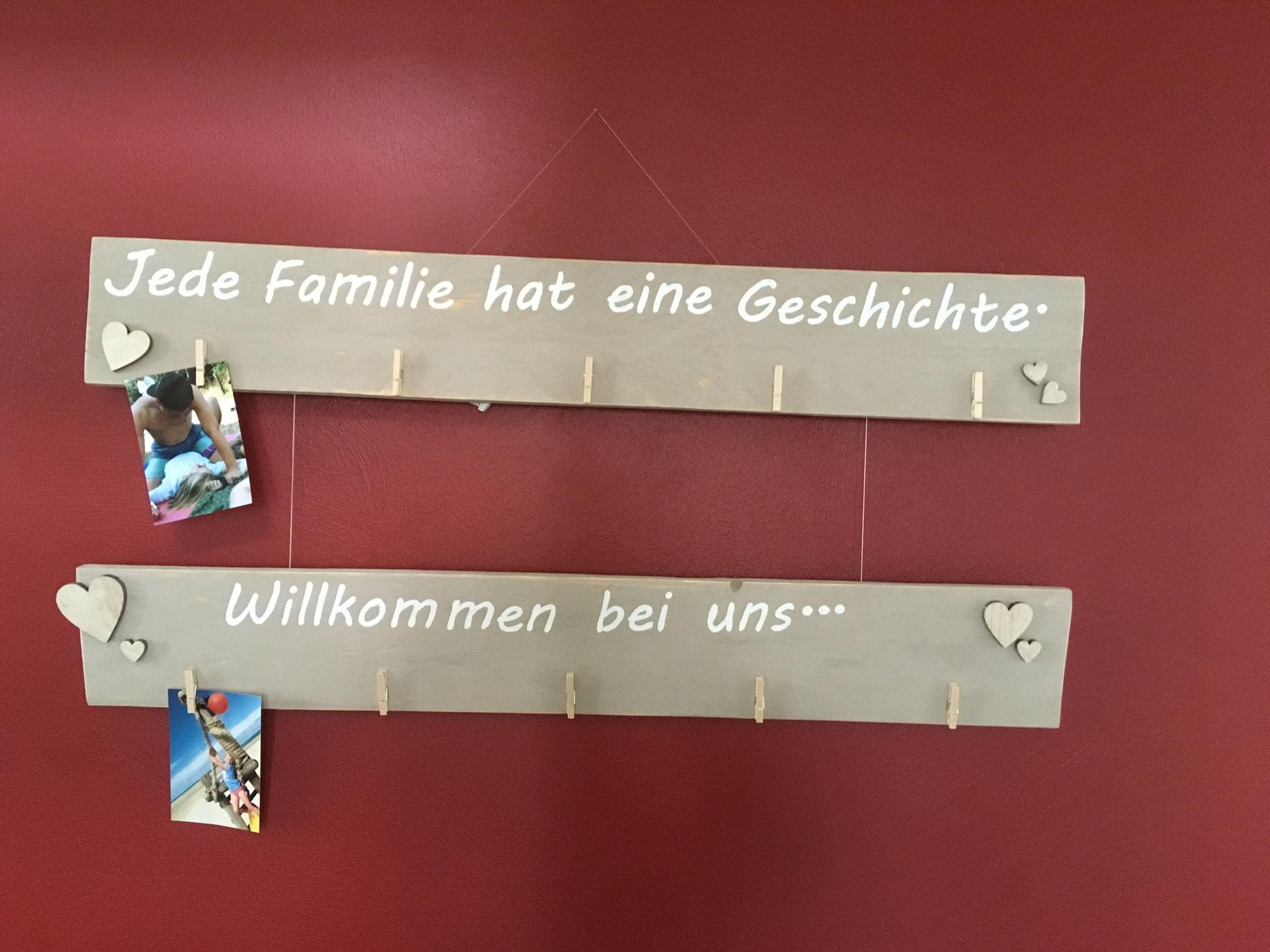 Fotohalter aus Holz hängt in unserem Haus