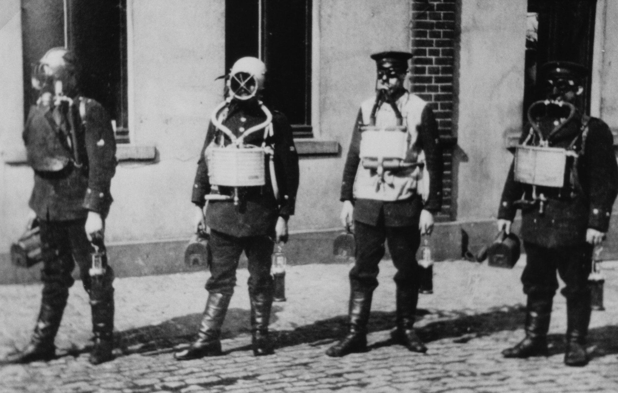 Grubenwehr Rhein-Elbe unter Gerät. Linkes Gerät Dräger Modell 1904/09. Drittes Gerät von links, Pneumatogen 1904. Die zwei Geräte daneben sind mir unbekannt.