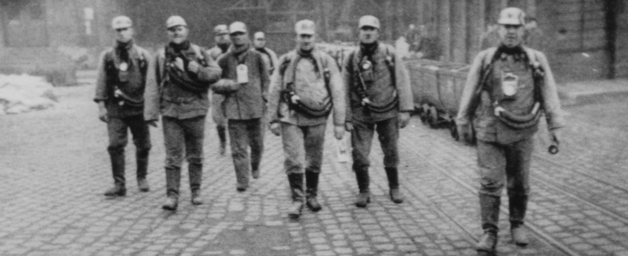 Von schwerer Brandbekämpfung ausfahrende Grubenwehrmänner der Berufsgrubenwehr Rheinelbe