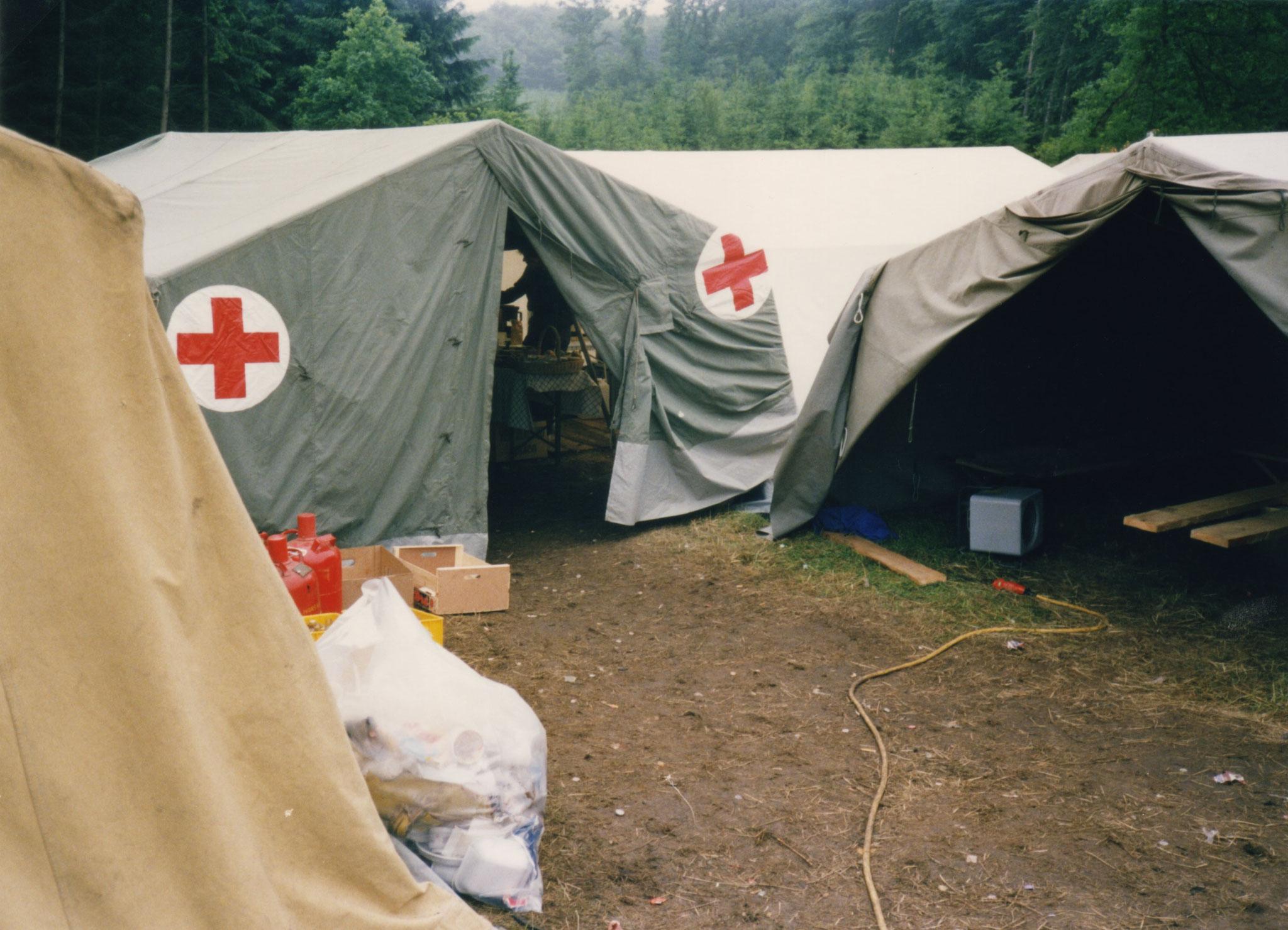 Ruhe und Versorgungszelte des Roten-Kreuzes und des THW
