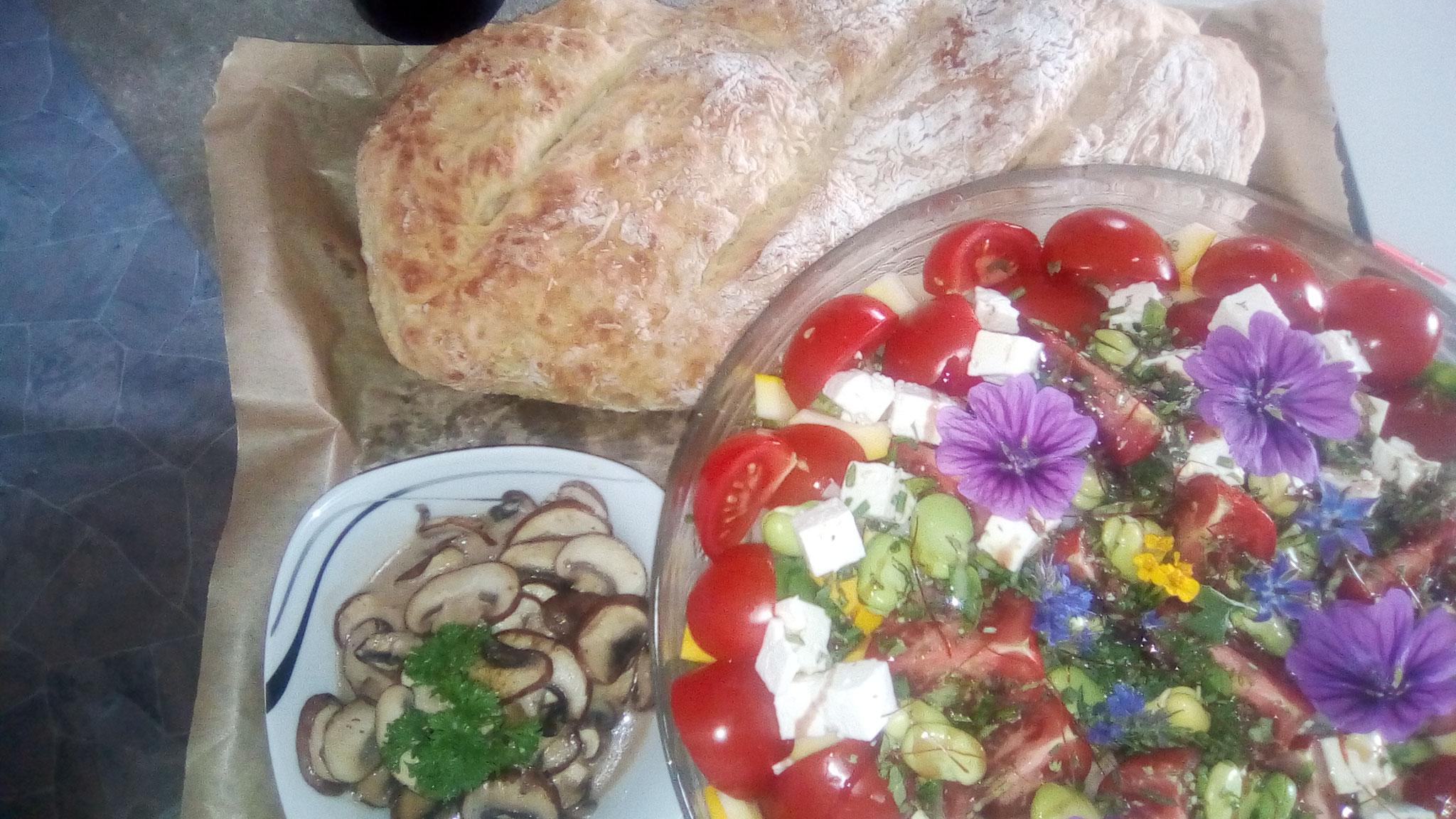 Bunter Salat mit Champignons und hausgebackenem Ciabatta