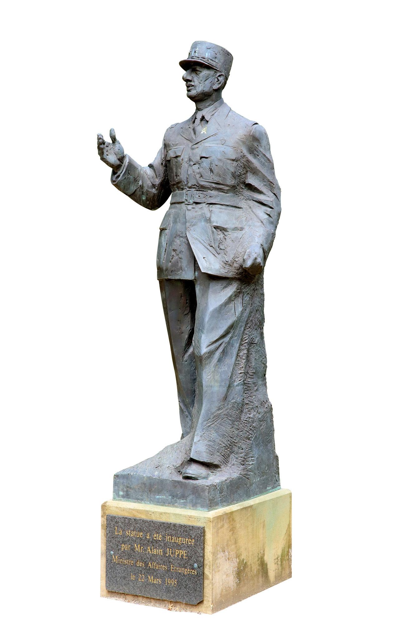 Adjugé 77 790 € - GOUTIN Claude, Le général de Gaulle, bronze, 250 cm