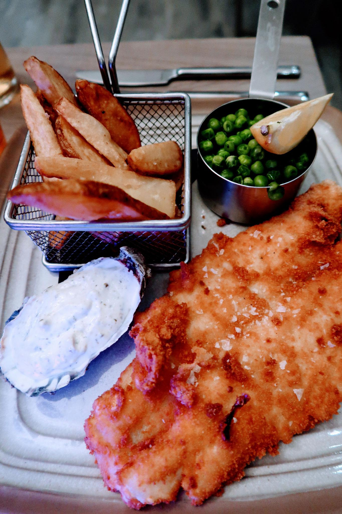 Haddock Fish & Chips mit zitroniger Remoulade und Erbsen