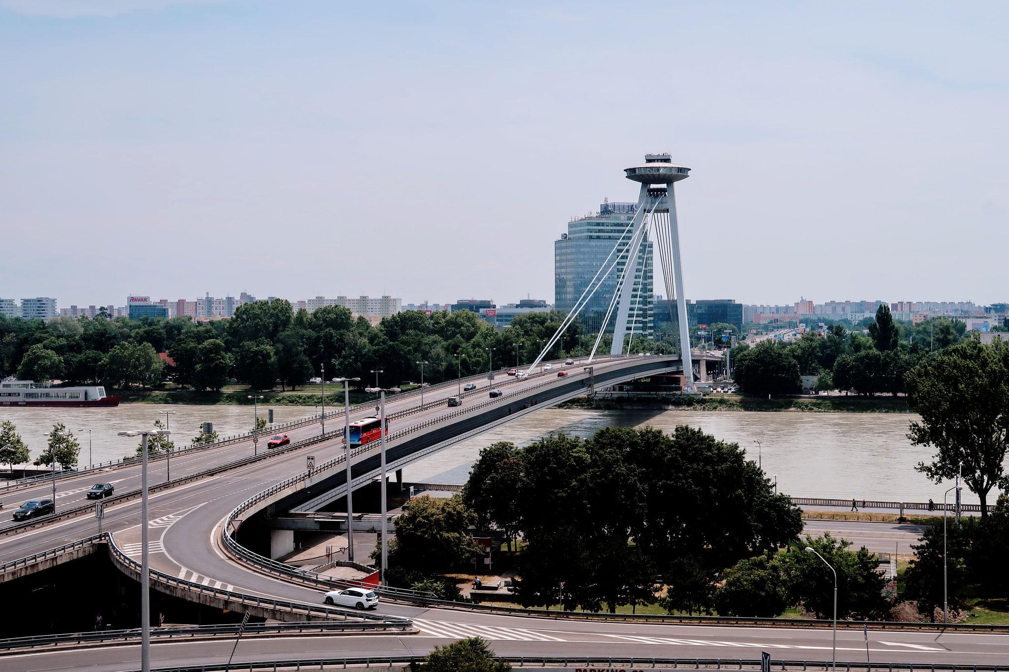 Blick vom Burghügel auf die UFO Brücke