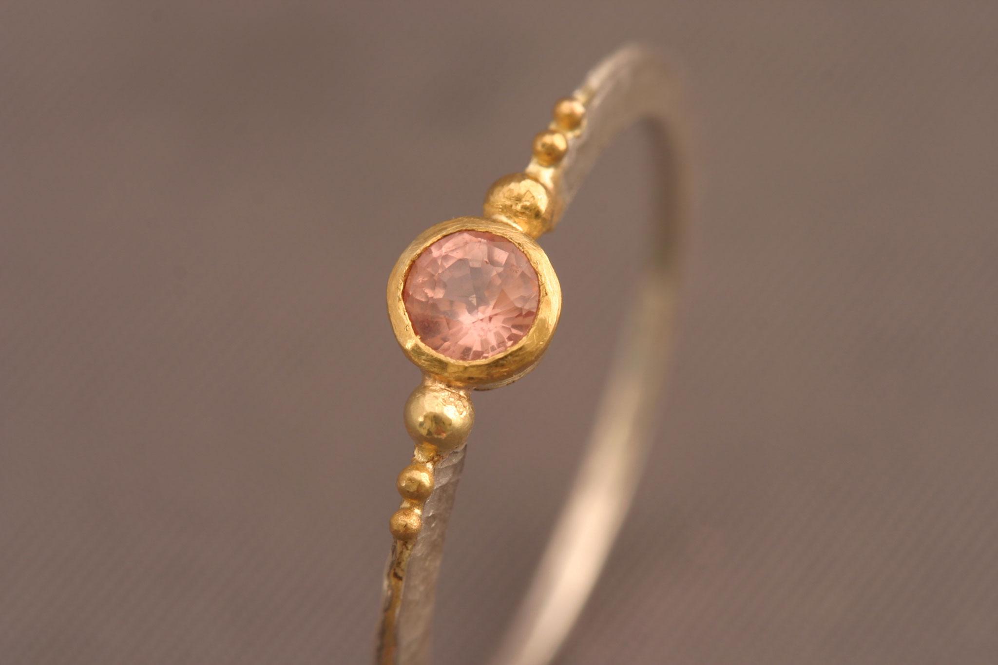 großer Roséfarbener Safir, 900er Waschgold, 935er Silber