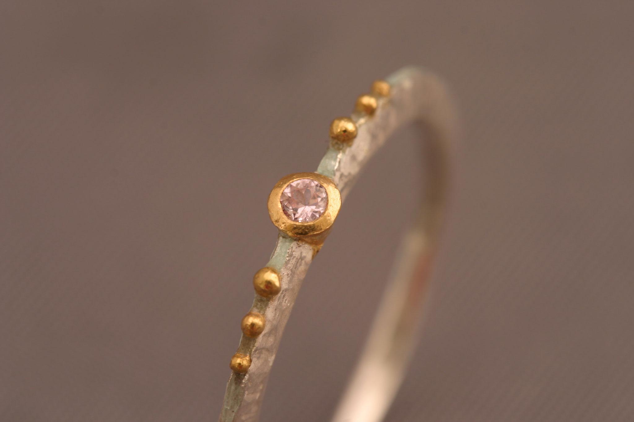 rosafarbener Safir,  900er Waschgold, 935er Silber, hellblaue Emaille