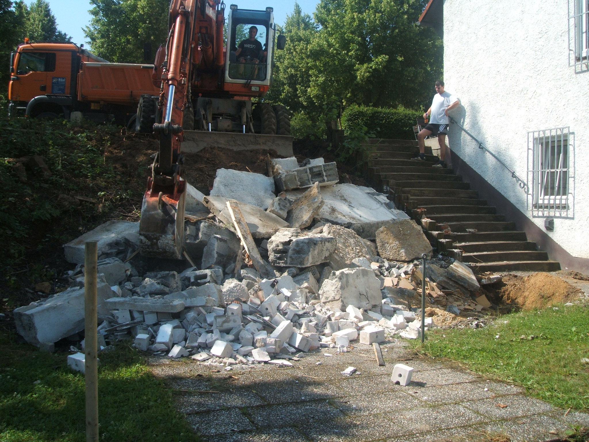 Im Jahr 2009 beginnen zunächst die Abrissarbeiten des alten Geräteschuppens neben dem Vereinsheim