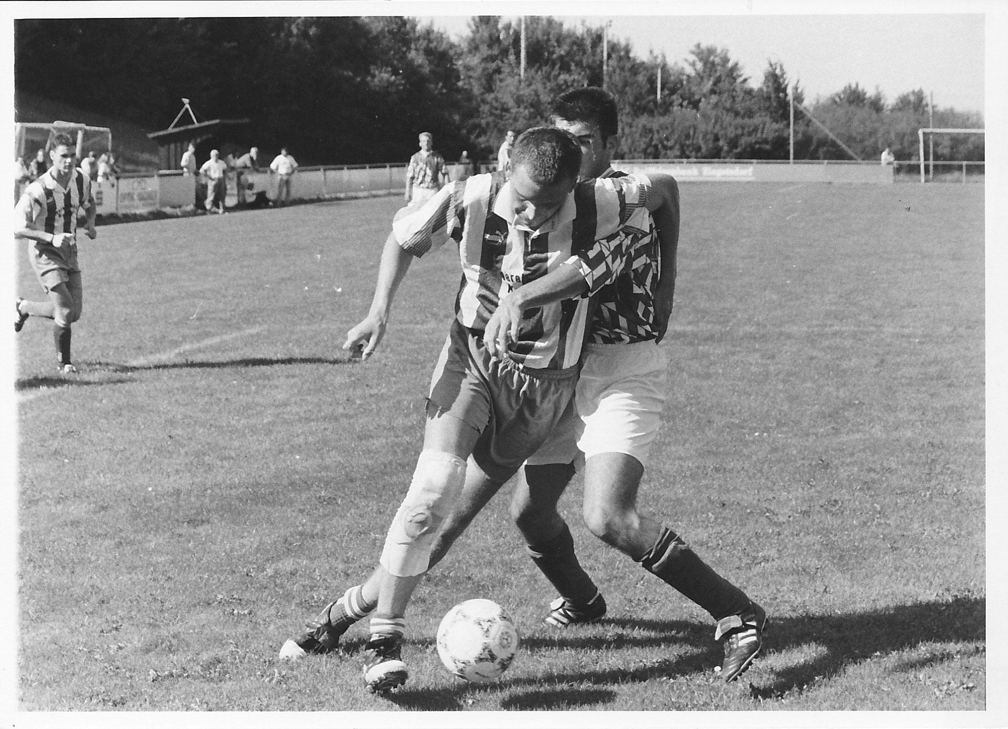Die SpVgg Ziegetsdorf (rechts) im Bezirksliga-Duell mit dem TB Roding am 01.09.1997 (Foto: Kraus/MZ-Archiv)