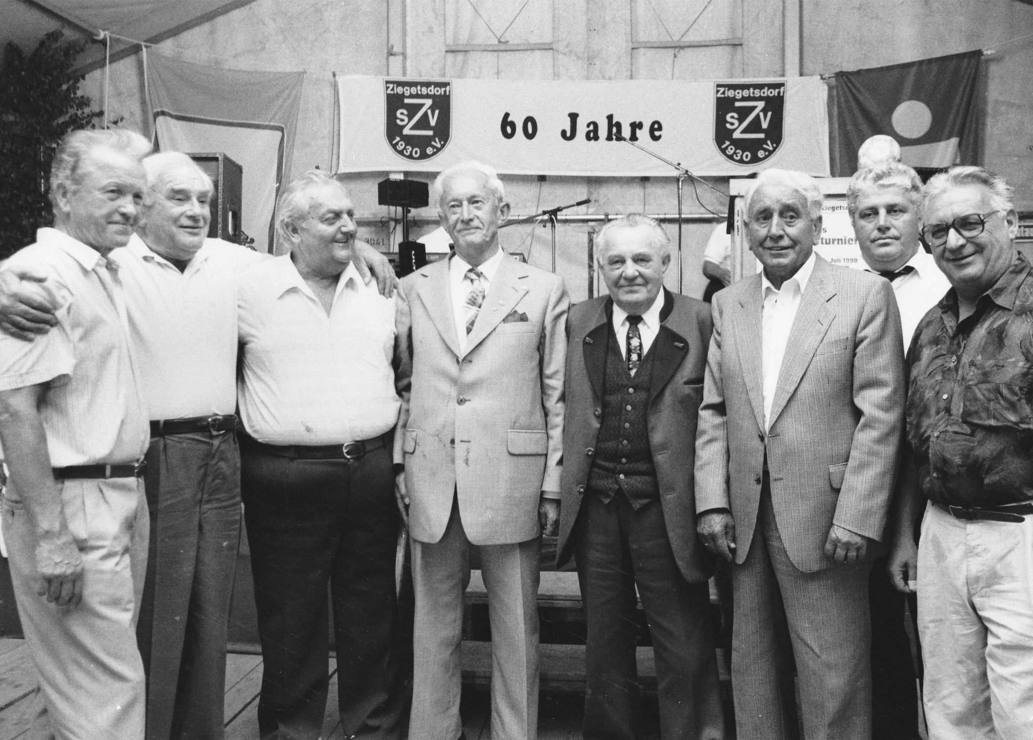 Zum 60-jährigen Jubiläum der SpVgg Ziegetsdorf werden am 26.07.1990 langjährige Mitglieder geehrt (Foto: Glufke/MZ-Archiv)
