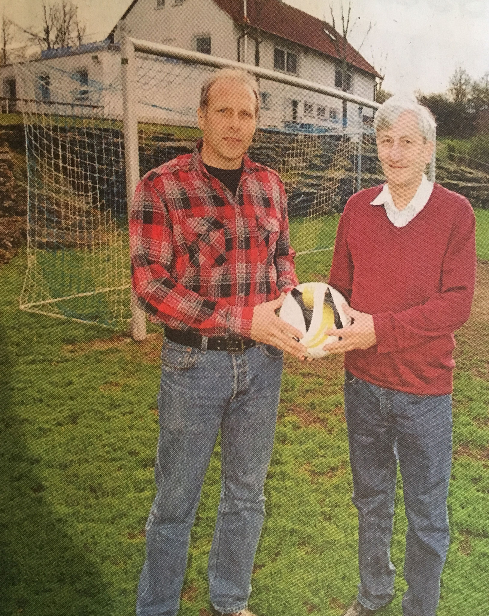 Die symbolische Ball-Übergabe zwischen dem jetzigen Ehrenvorsitzenden, Günther Dietz, und Hans-Peter Lintl