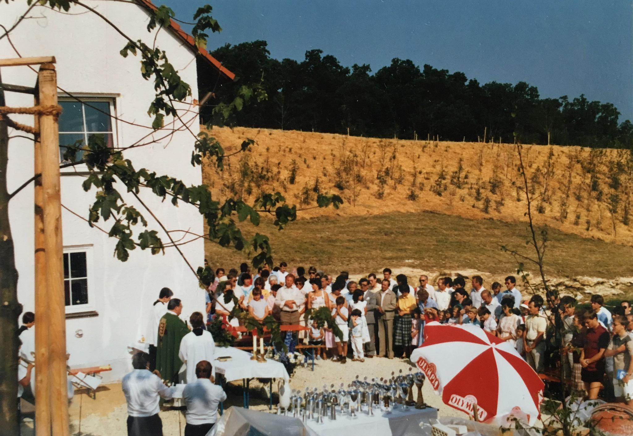 Das Sportgelände der SpVgg Ziegetsdorf wird im Jahre 1985 mit einem Gottesdienst eingeweiht