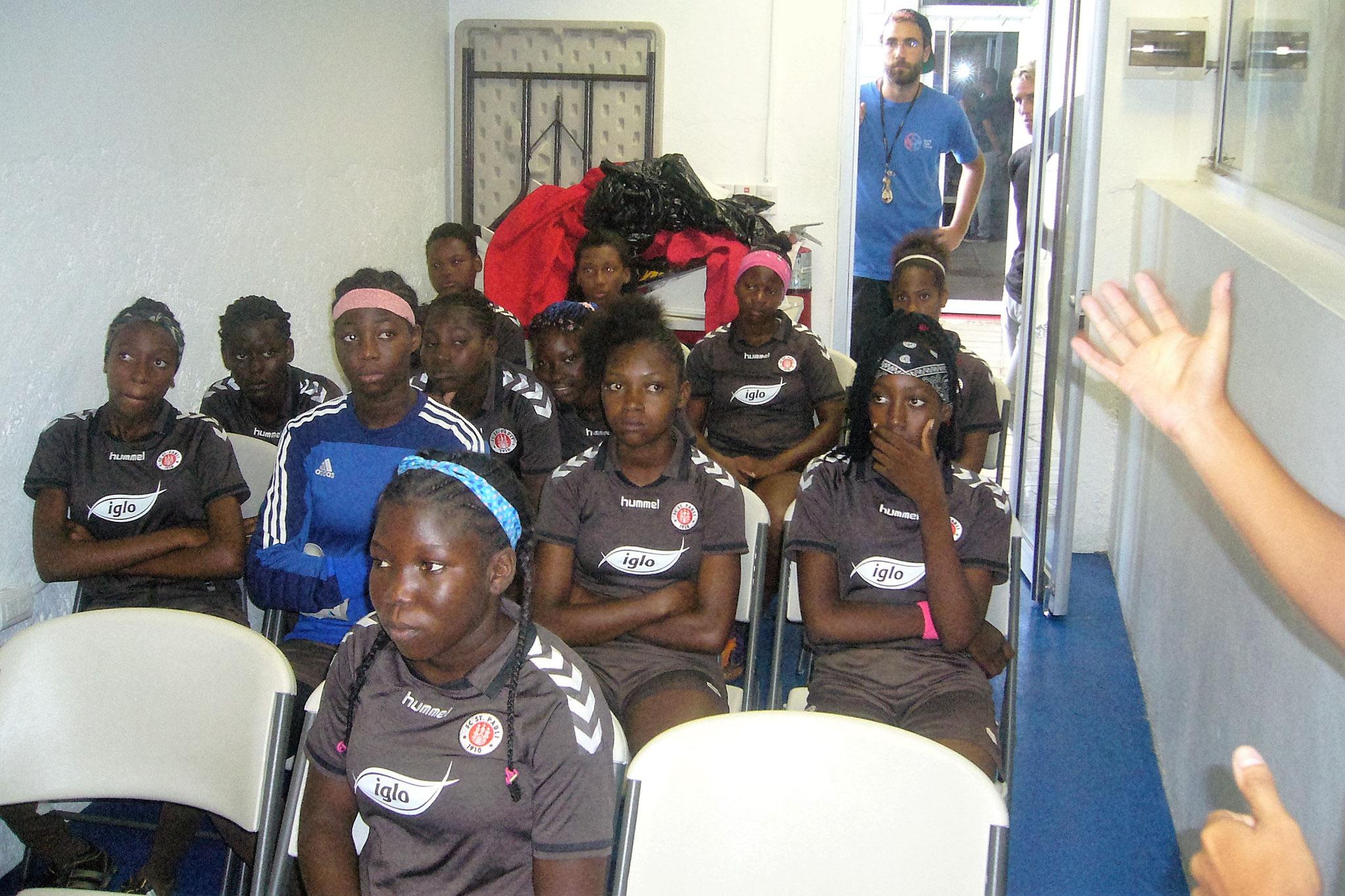 Mädels bei der Vorbereitung für das Spiel gegen die dom. U15 Nationalmannschaft