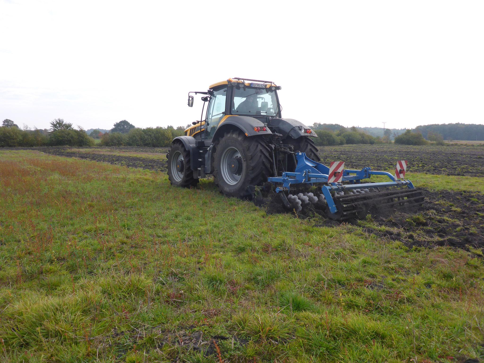 Bodenvorbereitung mit der Kurzscheibenegge durch bewährten Lohnunternehmer.