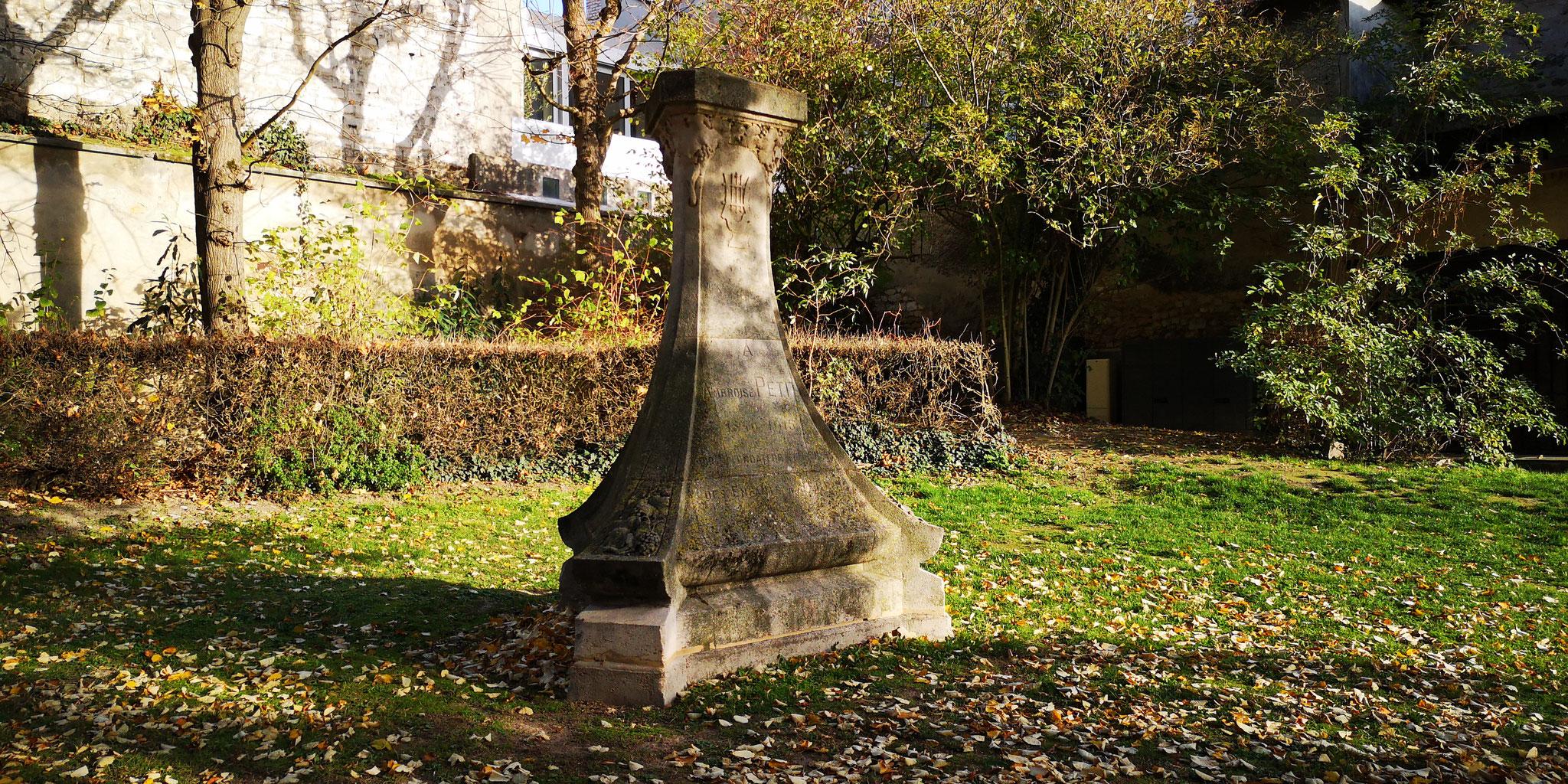 Le monument à Ambroise Petit