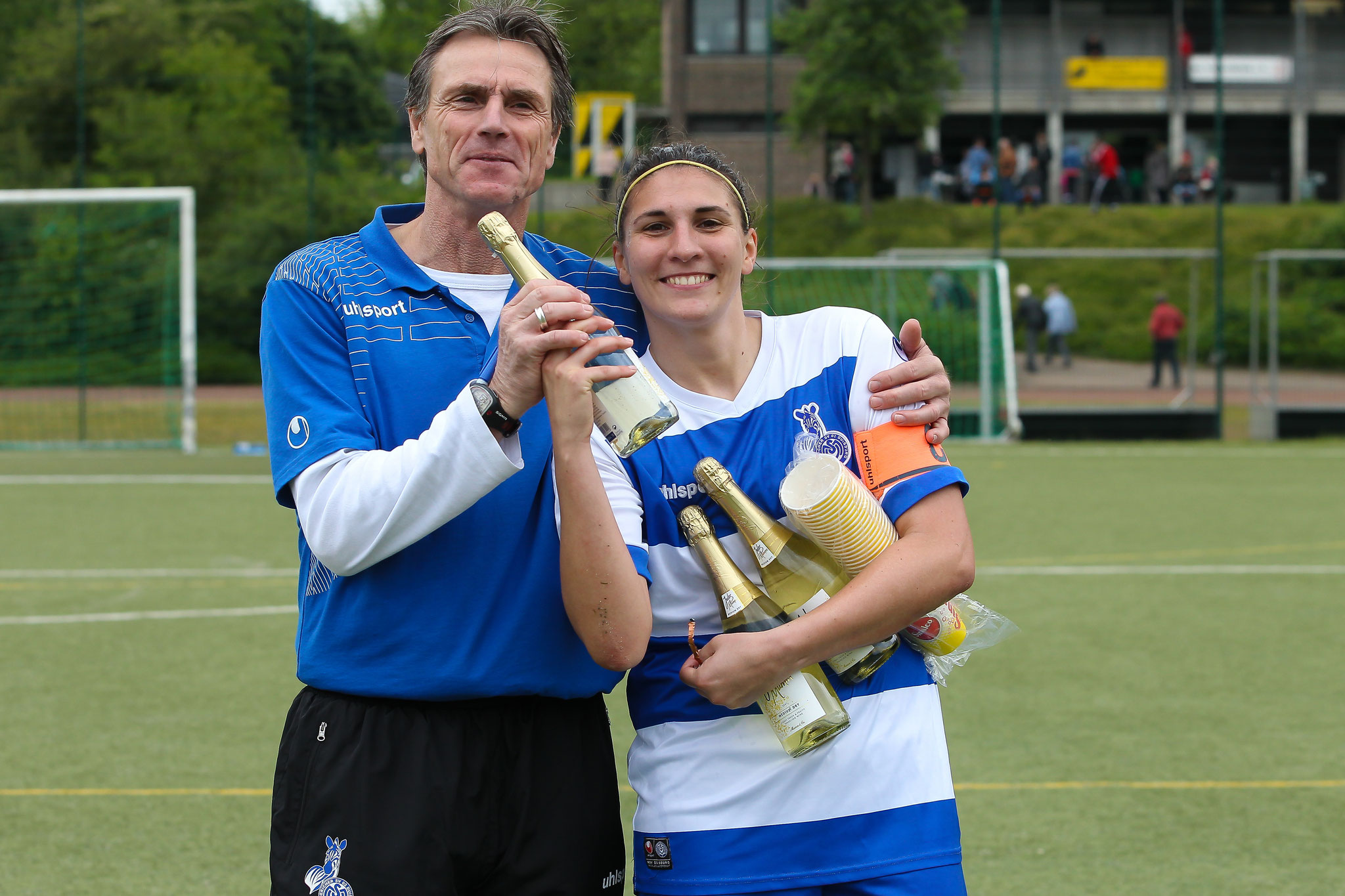 Hoch die Tassen! Co-Trainer Friedel Baumann und Kapitänin Laura Neboli feiern die Vizemeisterschaft