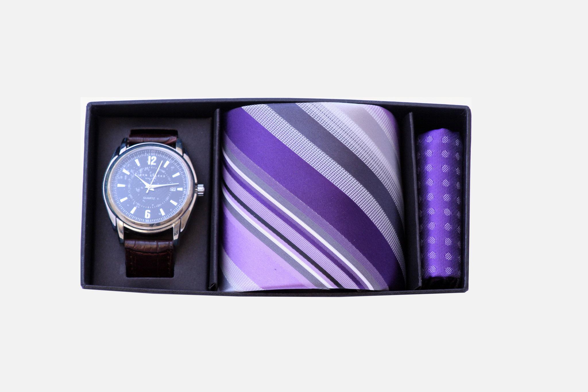Estuche regalo, compuesto de una corbata a su gusto, panuelo de bolsillo y reloj