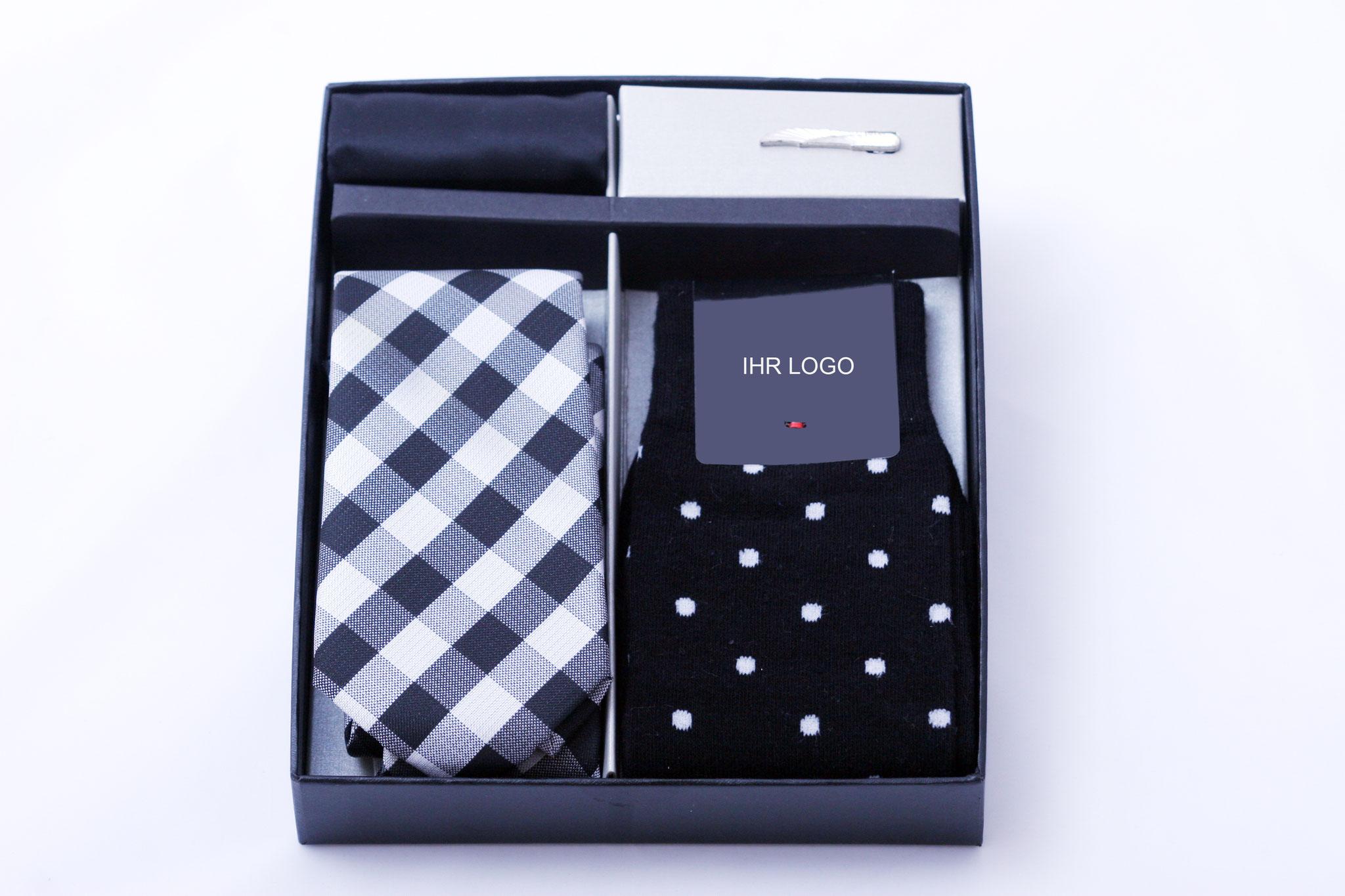Estuche regalo, compuesto de una corbata a su gusto,calcetines,panuelo de bolsillo y pinza corbatas