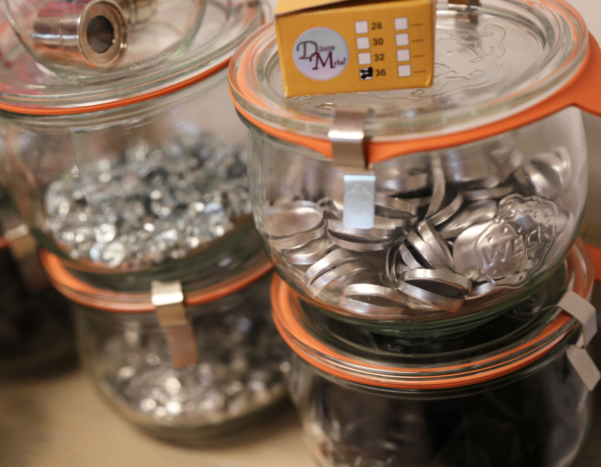 Knopfrohlinge in Einmachgläsern und Werkzeug