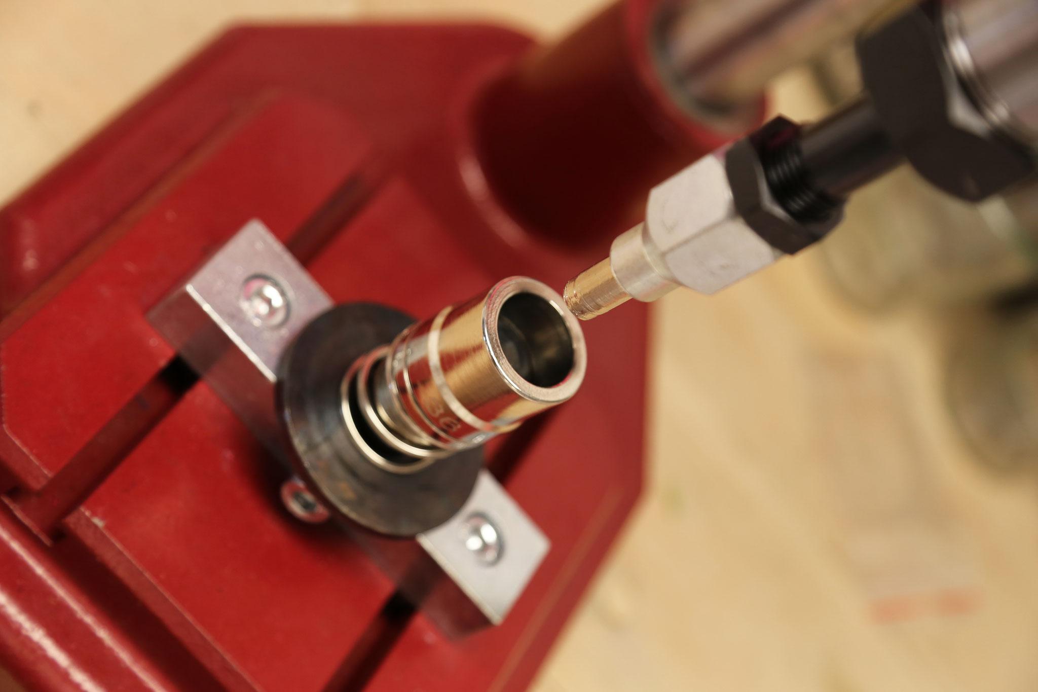 Federschlagpresse mit Knopfwerkzeug
