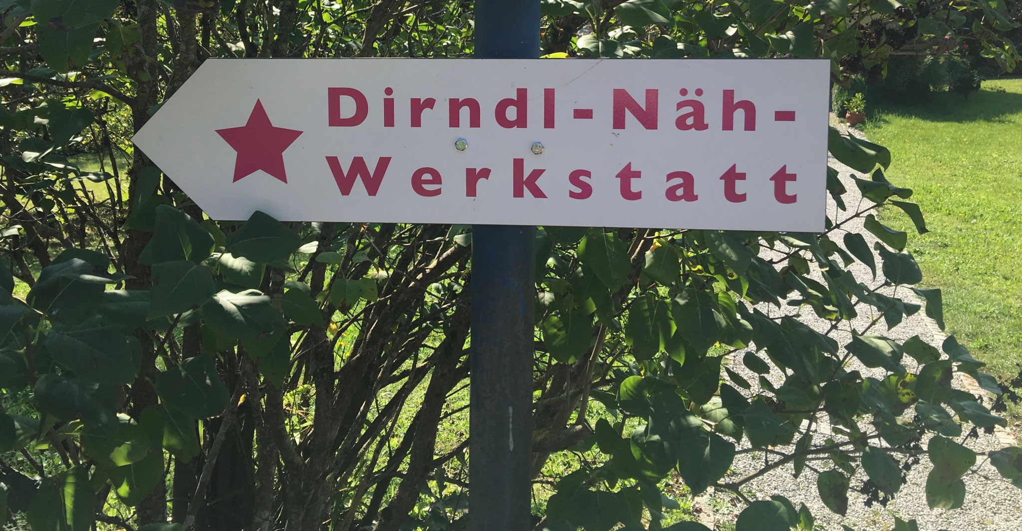 "Wegweiser ""Dirndl-Näh-Werkstatt"""