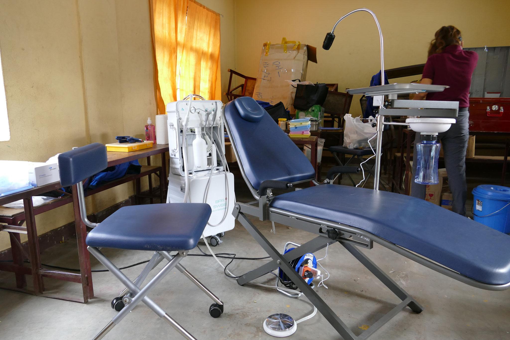 Provisorisch eingerichtetes Behandlungszimmer mit portablem Behandlungsstuhl und mobiler Einheit