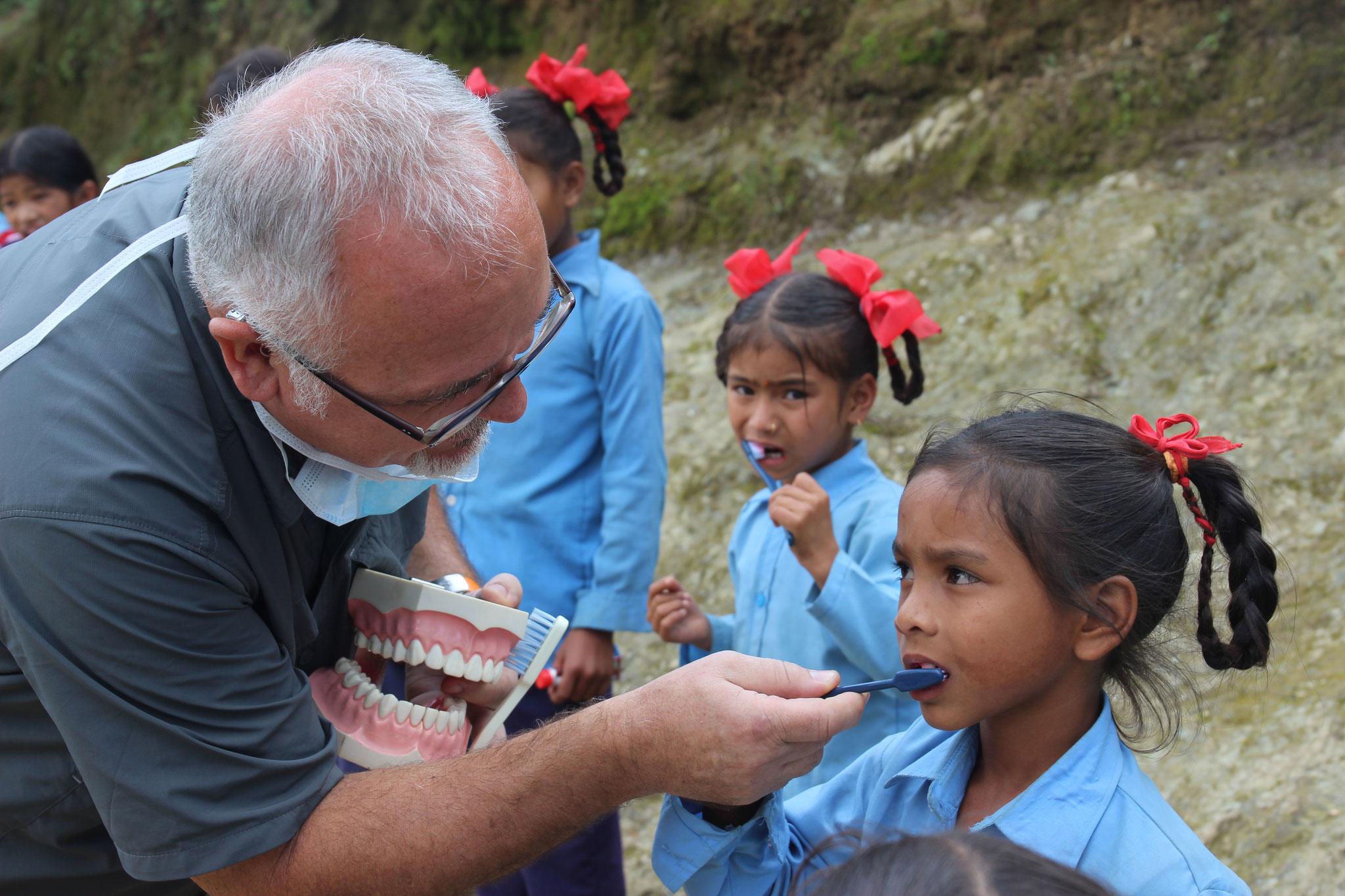 Zahnputzschule bei den Schulkindern durch den deutschen Zahnarzt Dieter Kramer