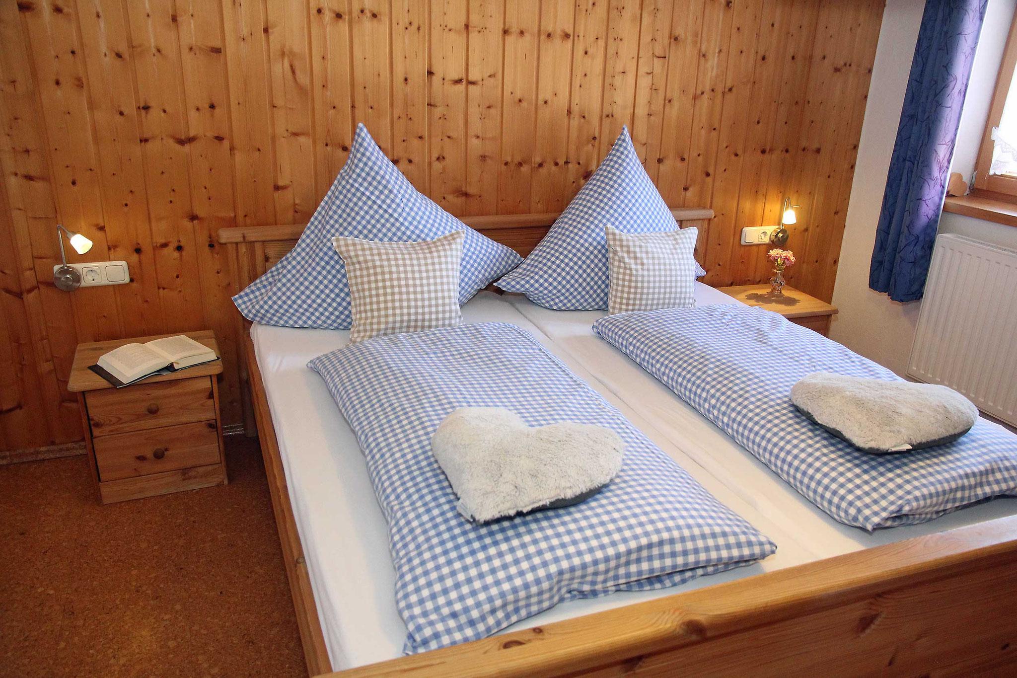 Doppelbett im zweiten Schlafzimmer