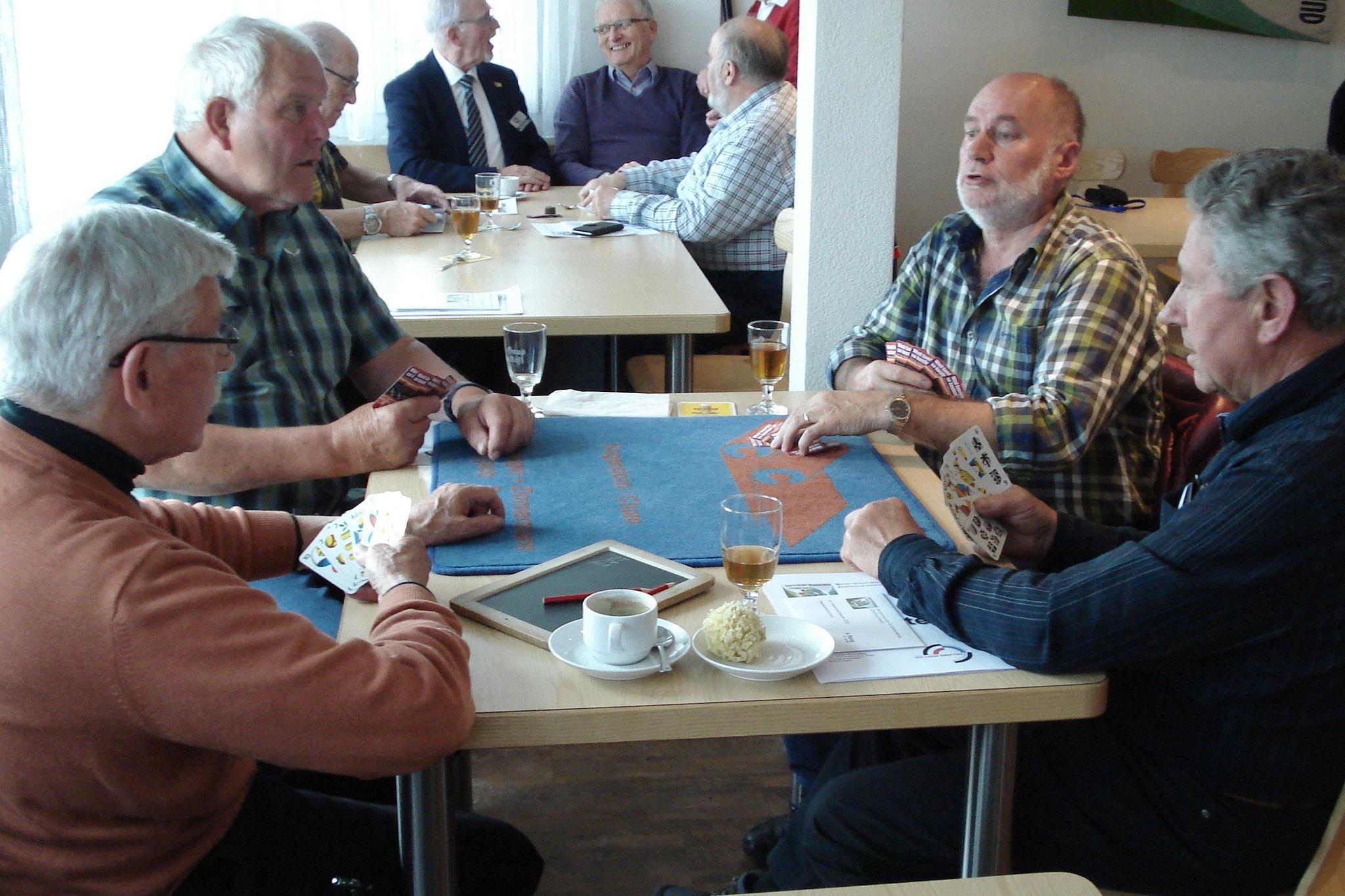 Revisor Bärti Ettlin ist auch ein Meister im Nationalspiel. Von links: Bärti Ettlin, Walter Meierhans, Ebikon-Präsi Godi Scheuber, Verbandsfähnrich Sepp Gabriel