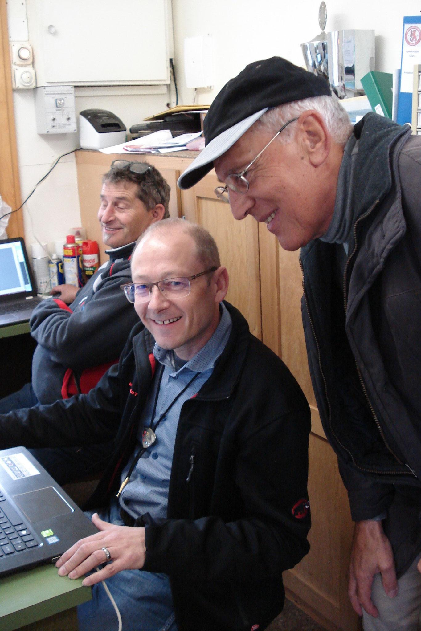 Resultateingabe wird kontrolliert, von links: Peter Schicker, Peter Odermatt, André Sigrist