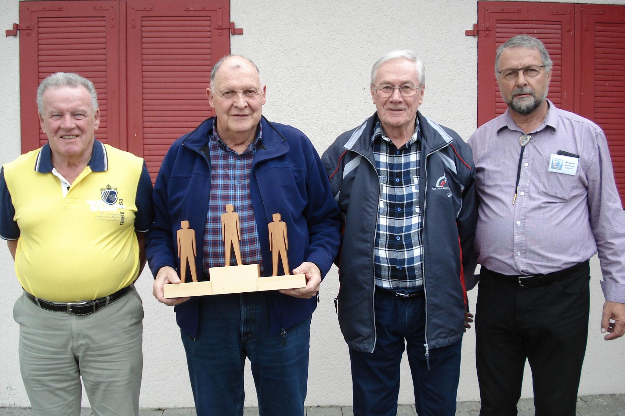 Josef Wiss, Festsieger Franz Schmidig, Walter Zimmermann, eingerahmt von Präsident Dossenbach (von links), belegten Spitzenplätze