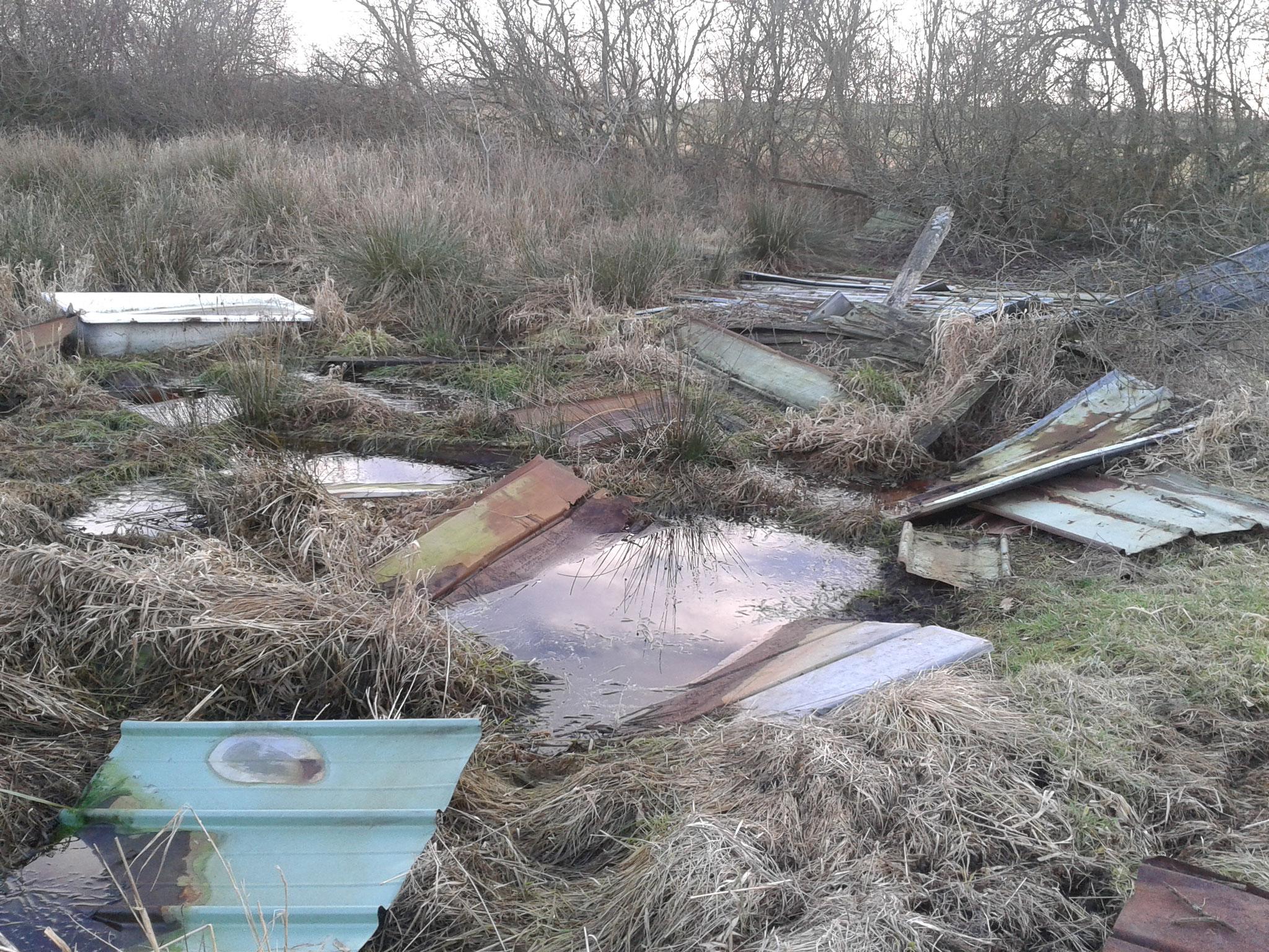 2015: Die Reste des zusammengebrochenen Tierunterstandes wurden von uns als erstes abgeräumt und entsorgt.