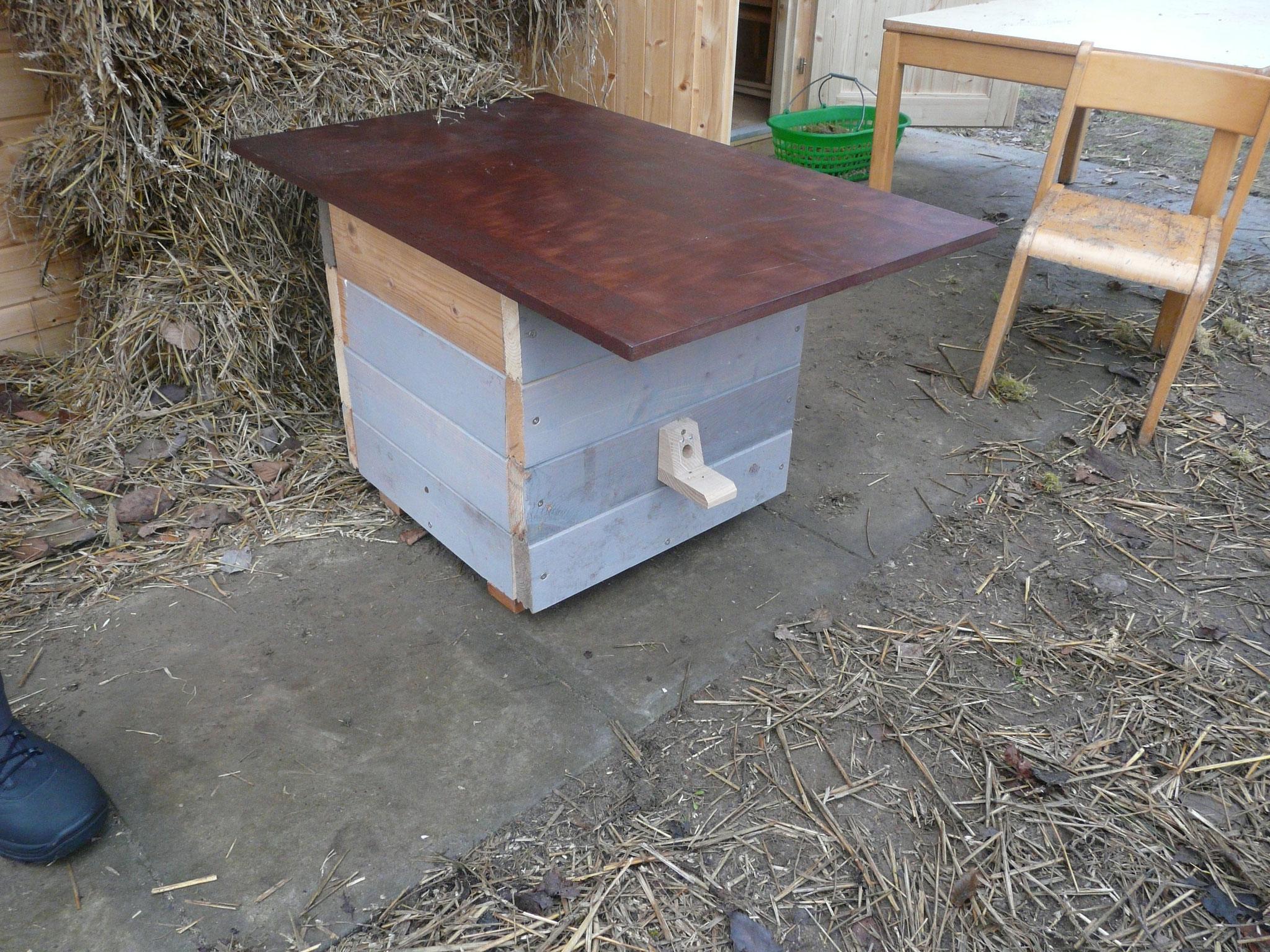 Dach drauf und fertig ist die Hummelkiste (nachträglich wurde noch eine Lüftung eingebaut und Fugen mit wasserfestem Leim und Sägespäne abgedichtet)
