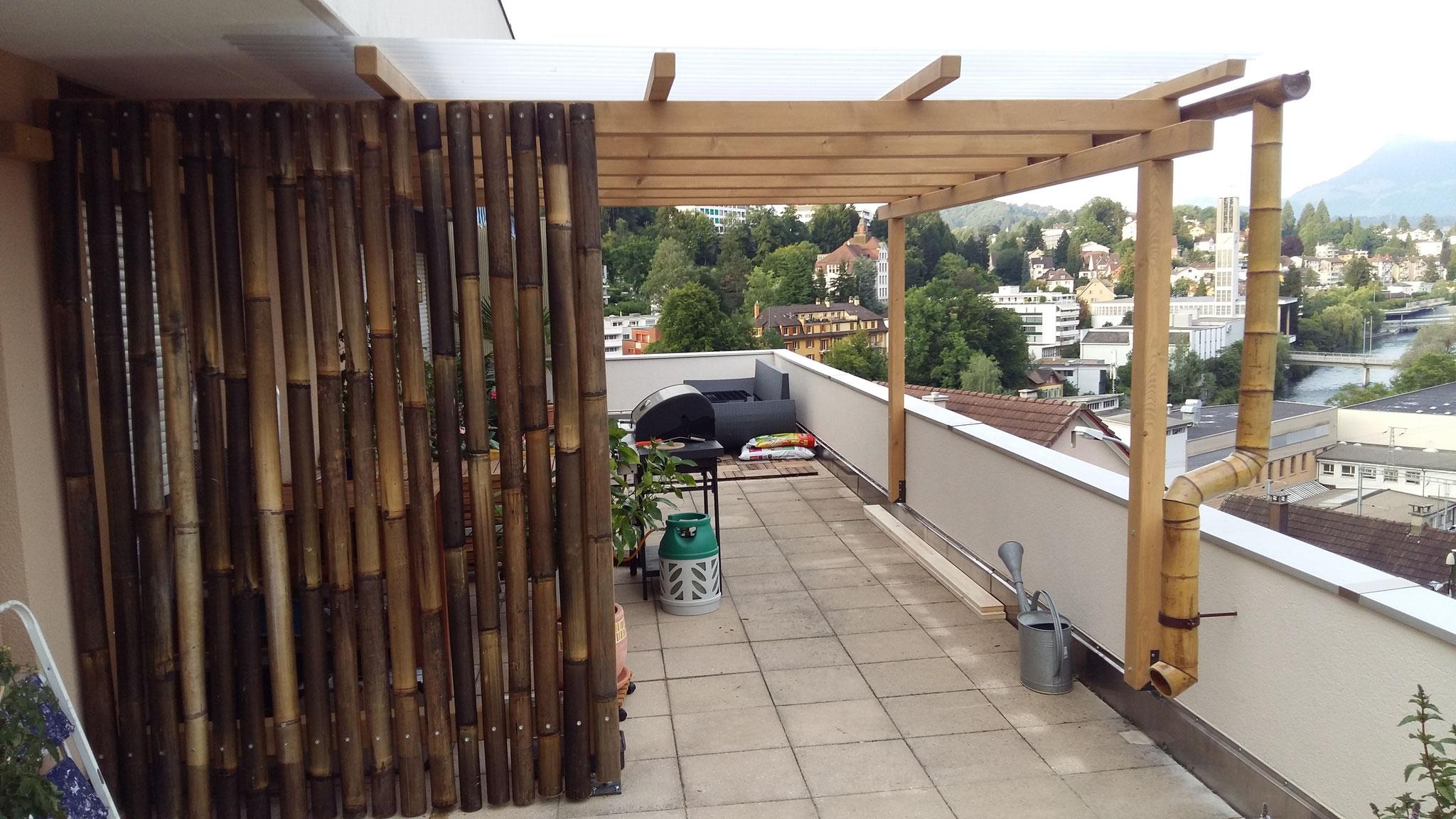 Pergola mit Sichtschutzwand und Wasserrinne aus Bambus