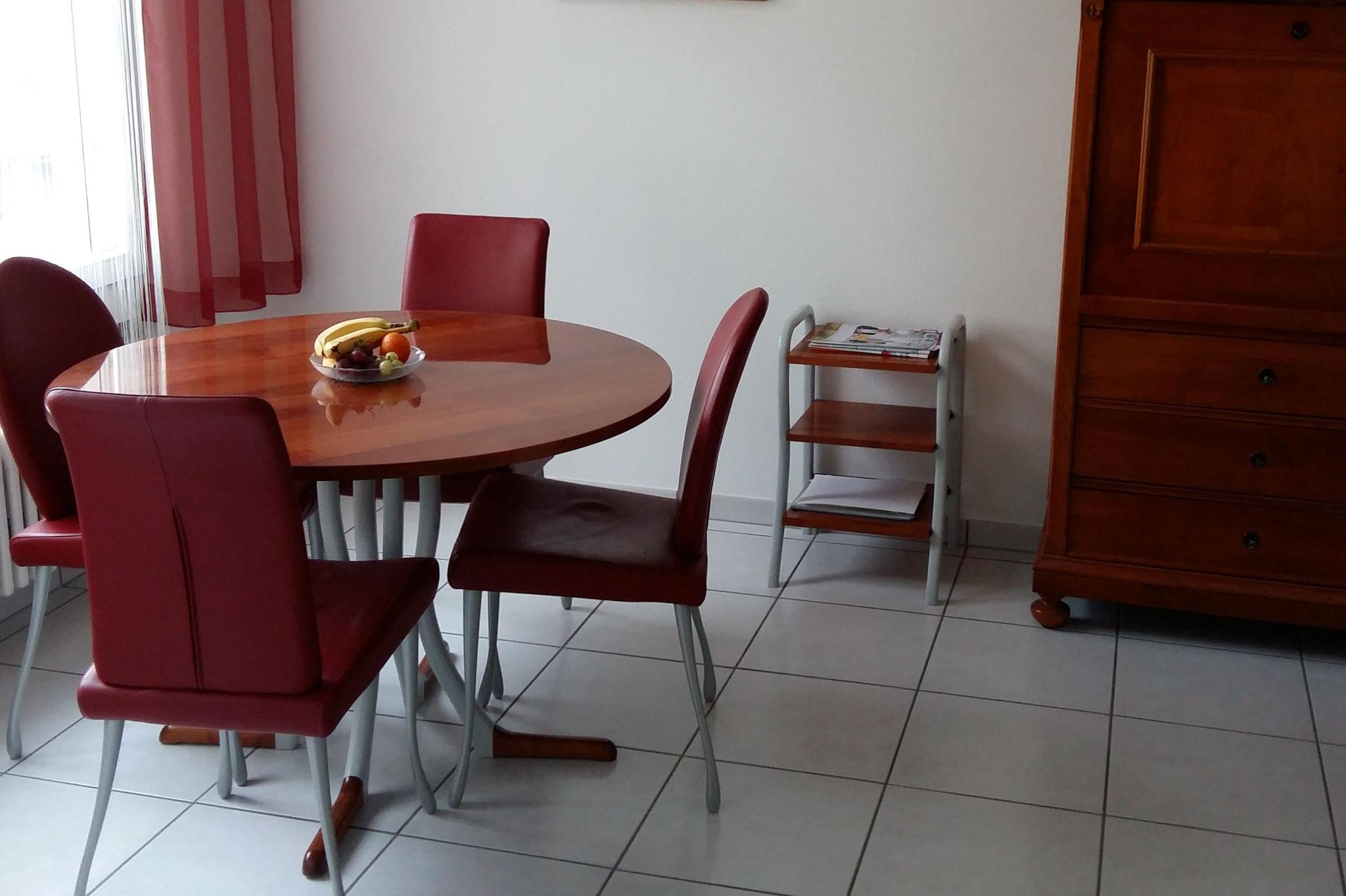 Kirschbaumtisch und Zeitungsregal gebeizt passend zu Sekretär