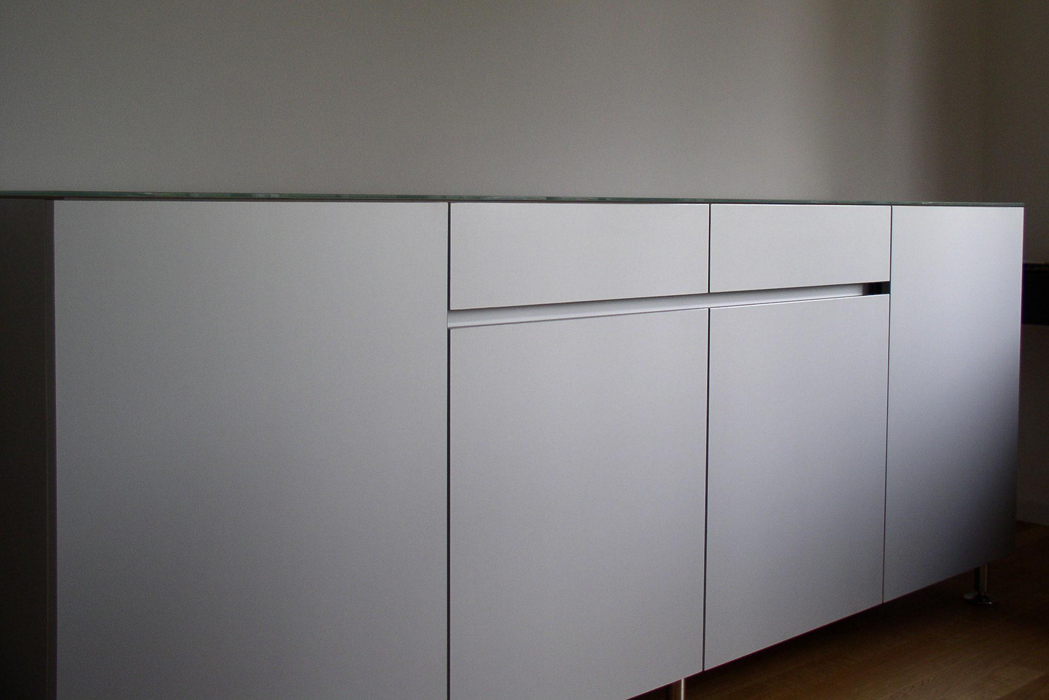 Sideboard in Aluminium mit Glasabdeckung