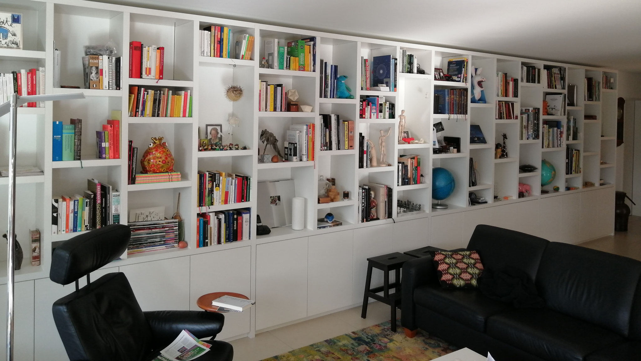Bücher- und Medienregal