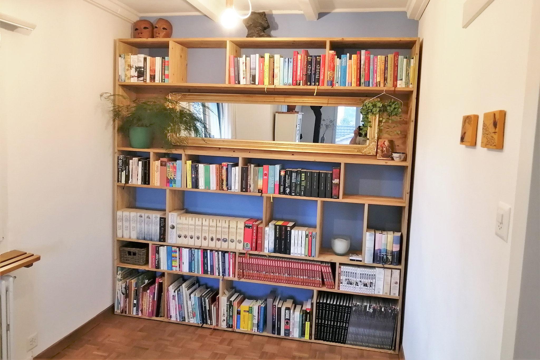 Bücherregal mit Altholz-Optik perfekt eingepasst