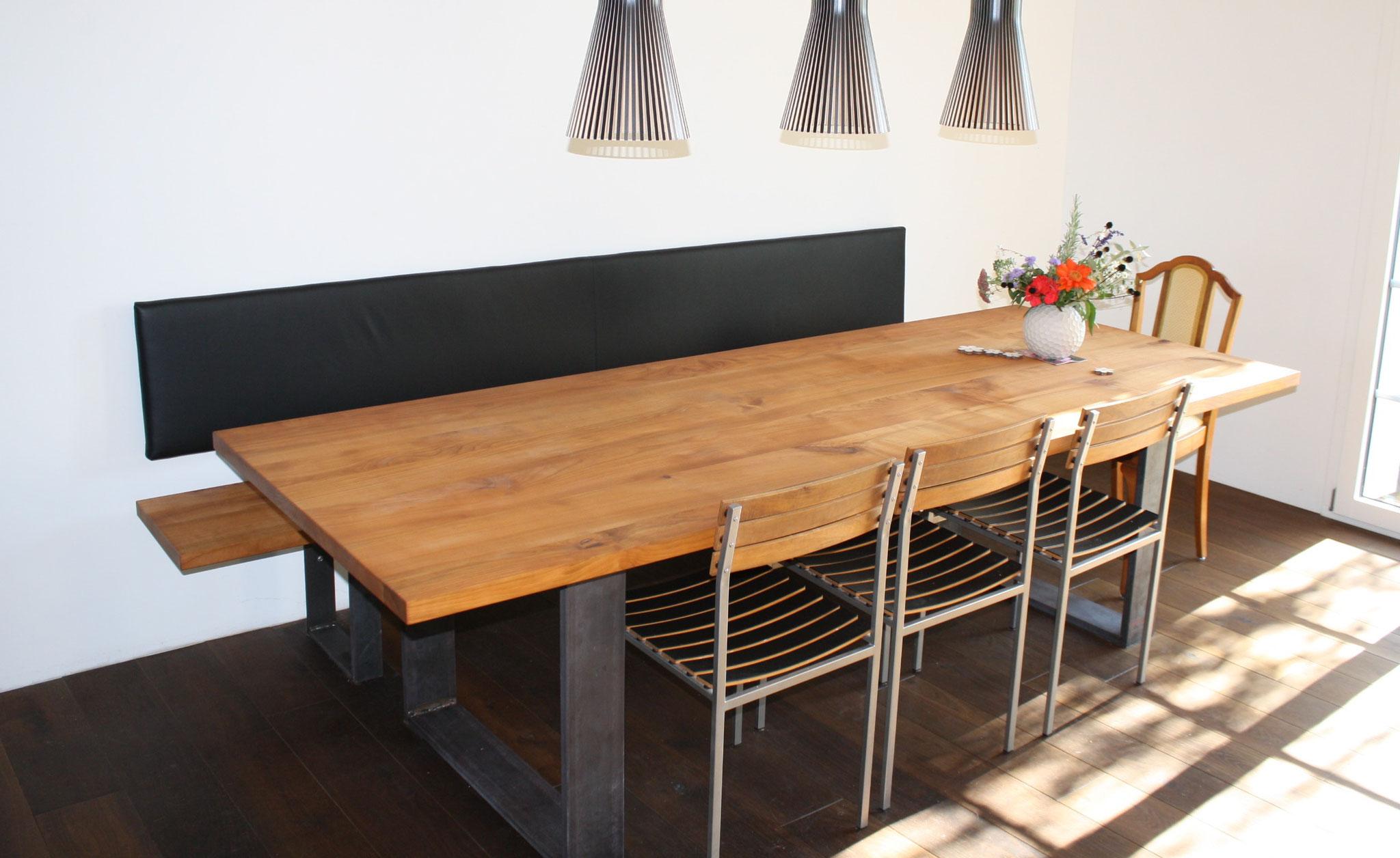 Tisch und passende Bank