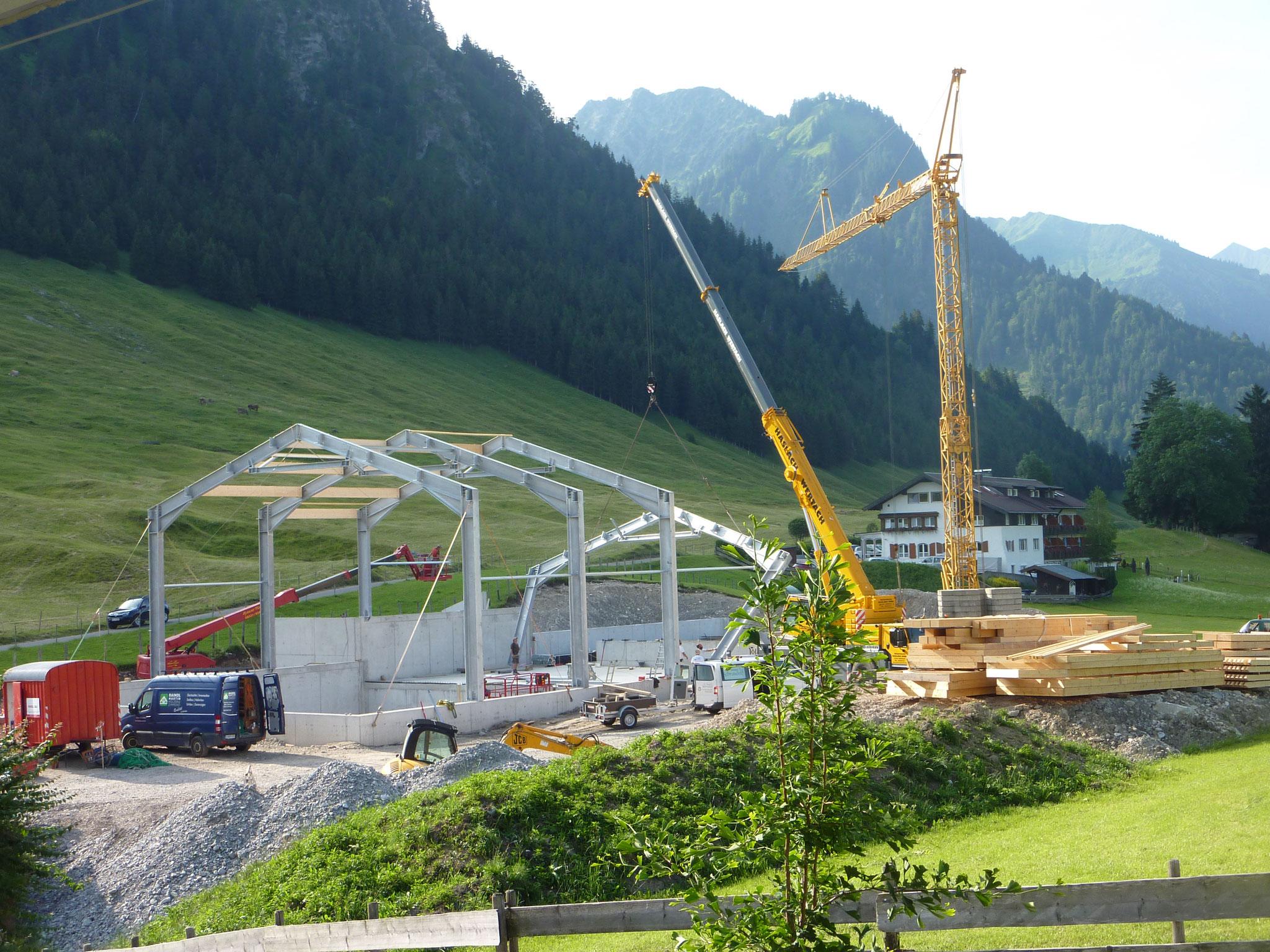 3. Hallenträger wird von 40-t-LKW-Kran aufgestellt