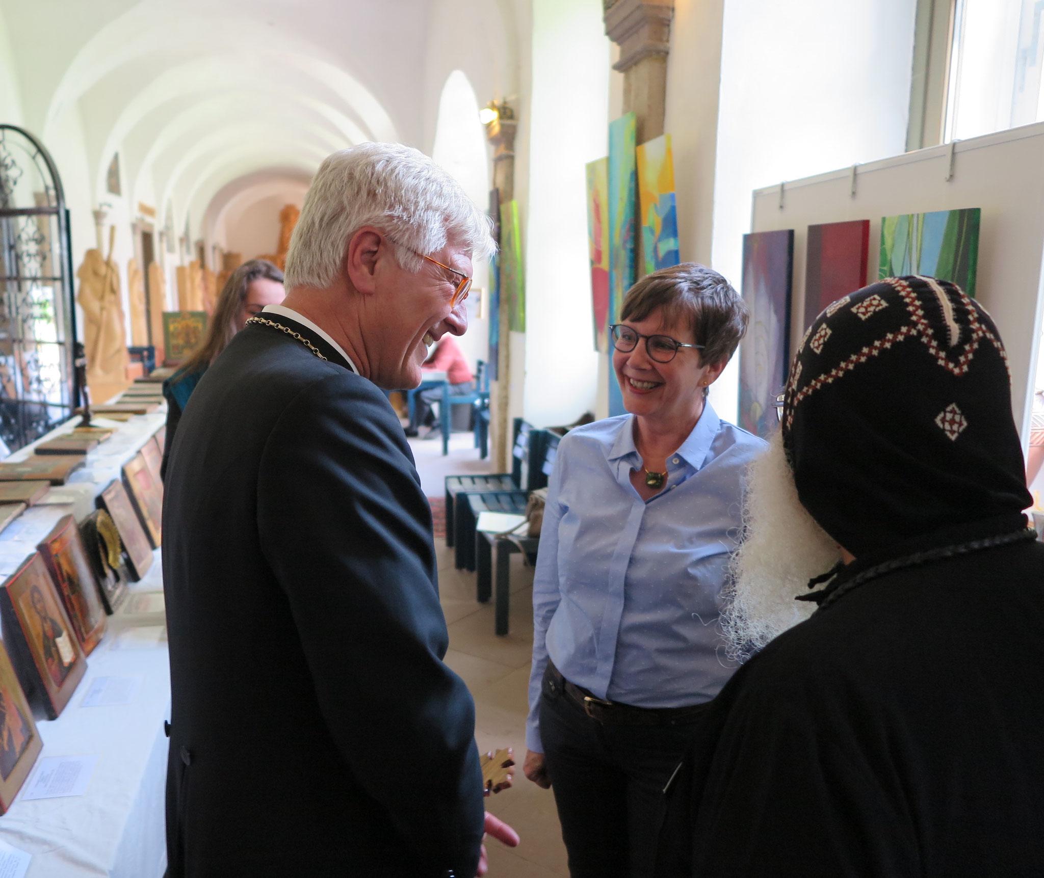 S.E. Bischof Anba Damian zeigt Prof. Dr. Heinrich Bedford-Strohm die Sonderausstellung der Künstlerin Jutta Schlier. Foto: Christian Hohmann