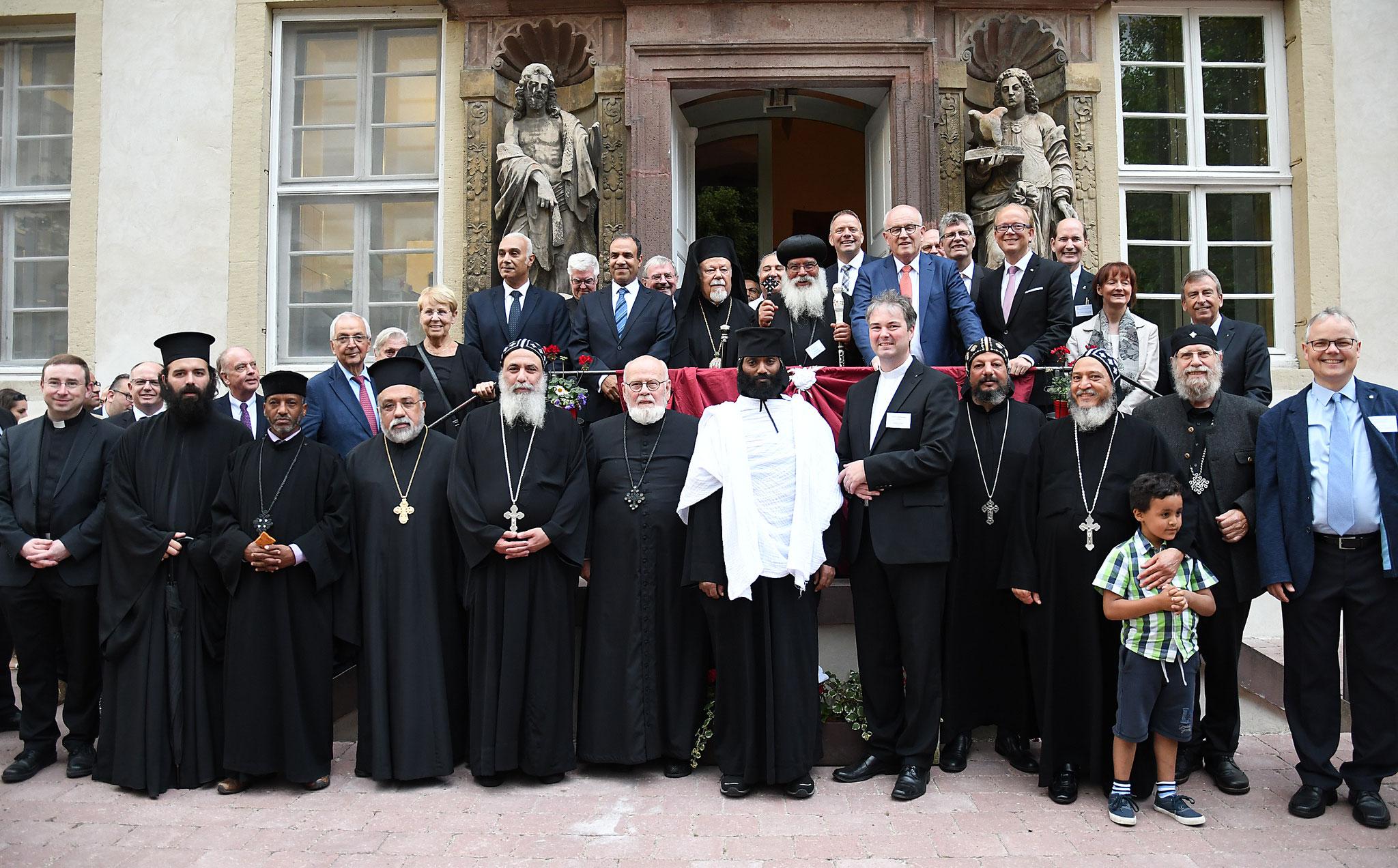 Alle weltlichen und geistlichen Ehrengäste vereint vor dem Eingang des Koptischen Klosters. Foto: Maria Hopp