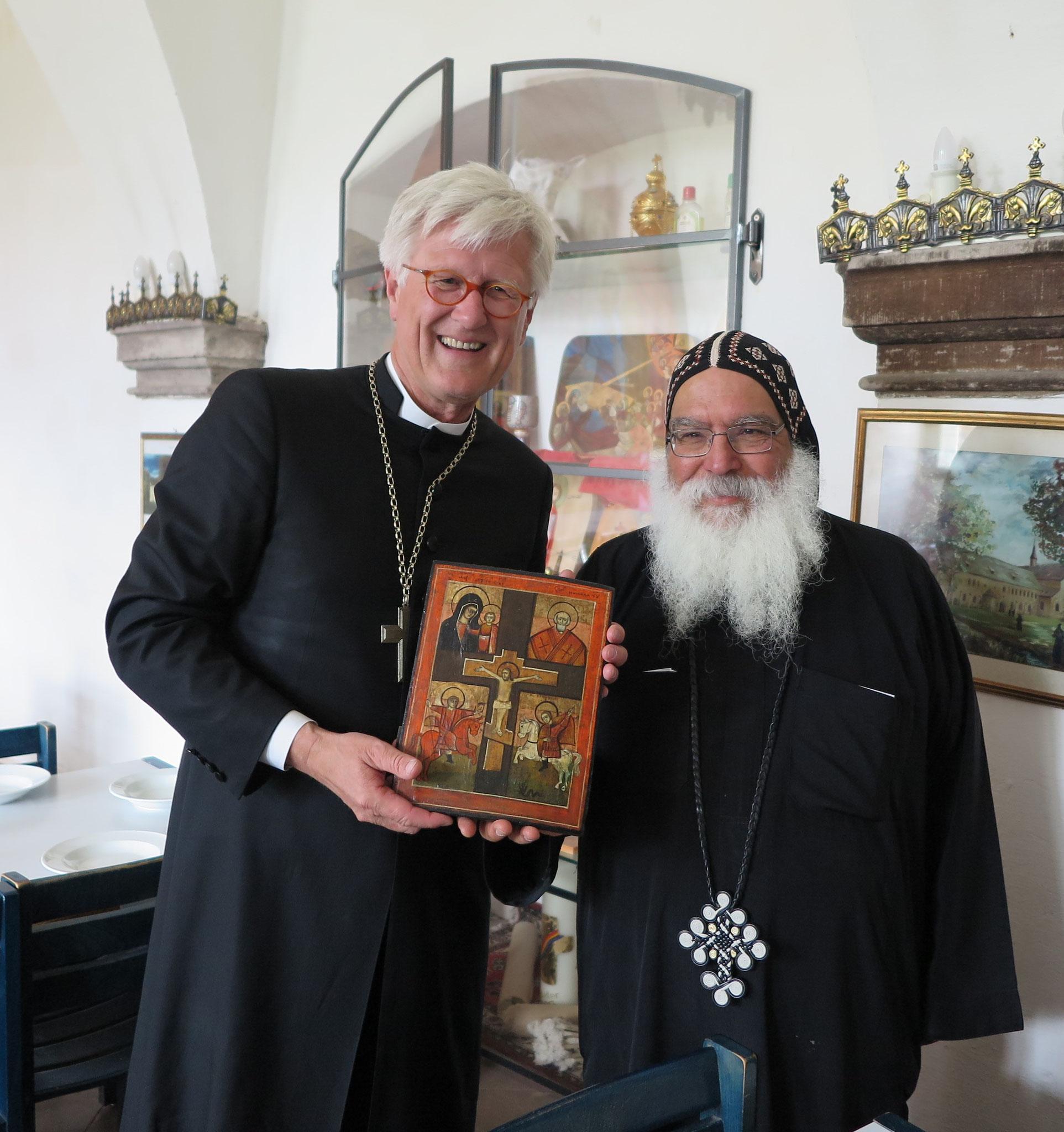 S.E. Bischof Anba Damian überreicht Prof. Dr. Heinrich Bedford-Strohm (EKD-Ratsvorsitzende) eine Ikone. Foto: Christian Hohmann