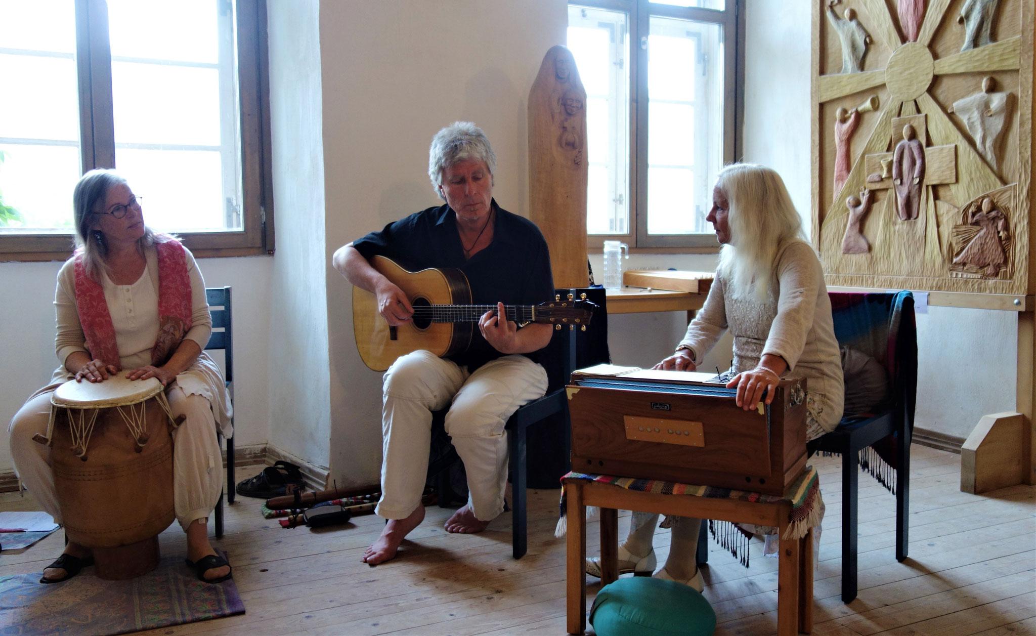 Meditatives Singen und Klanggebete aus dem Herzen des Trios MUSIKAVIVA (Sophia Becker, Roland Foresta, Ursula Shalina Kanitz). Foto: Jennifer Peppler