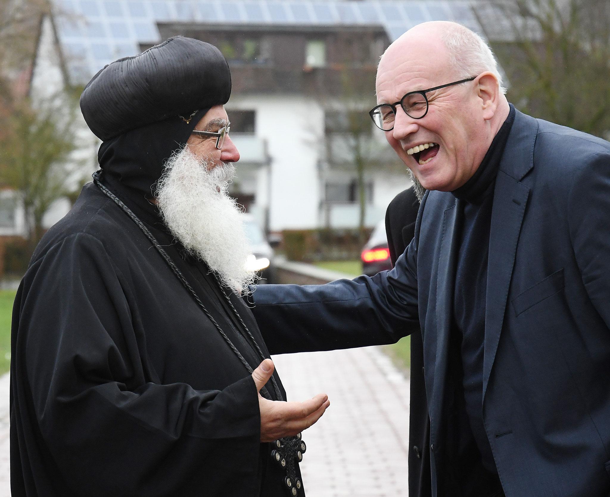 S.E. Bischof Anba Damian empfängt Volker Kauder im Koptisch-Orthodoxen Kloster Brenkhausen. Foto: Maria Hopp