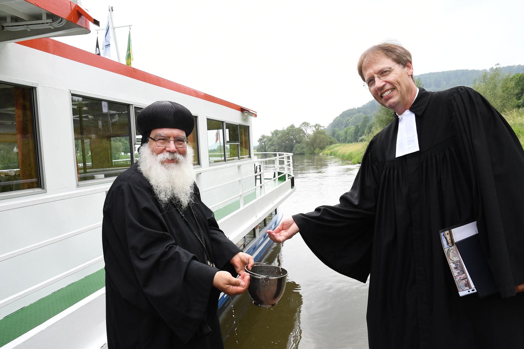 S.E. Bischof Anba Damian und Oberkirchenrat Dr. Ulrich Möller bei der Segnung der Weser. Foto: Maria Hopp